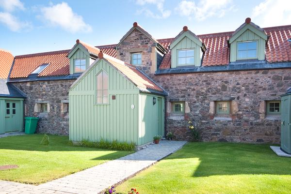 2 Bedrooms Terraced House for sale in Ochil, 10 The Steading, Parkhill Farm, Abbey Road, Cupar, KY14
