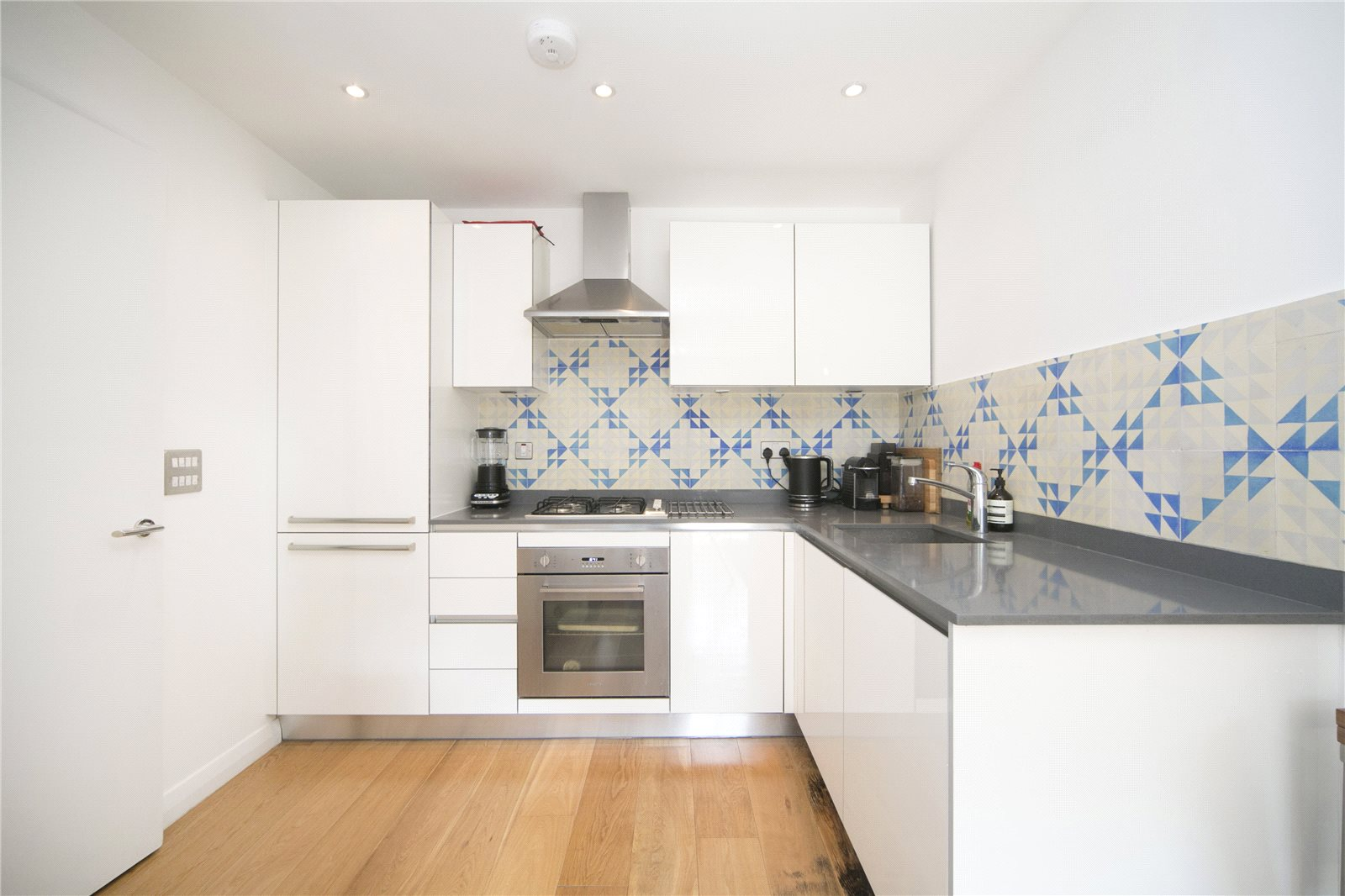 2 Bedrooms Flat for sale in Cresset Road, London, E9