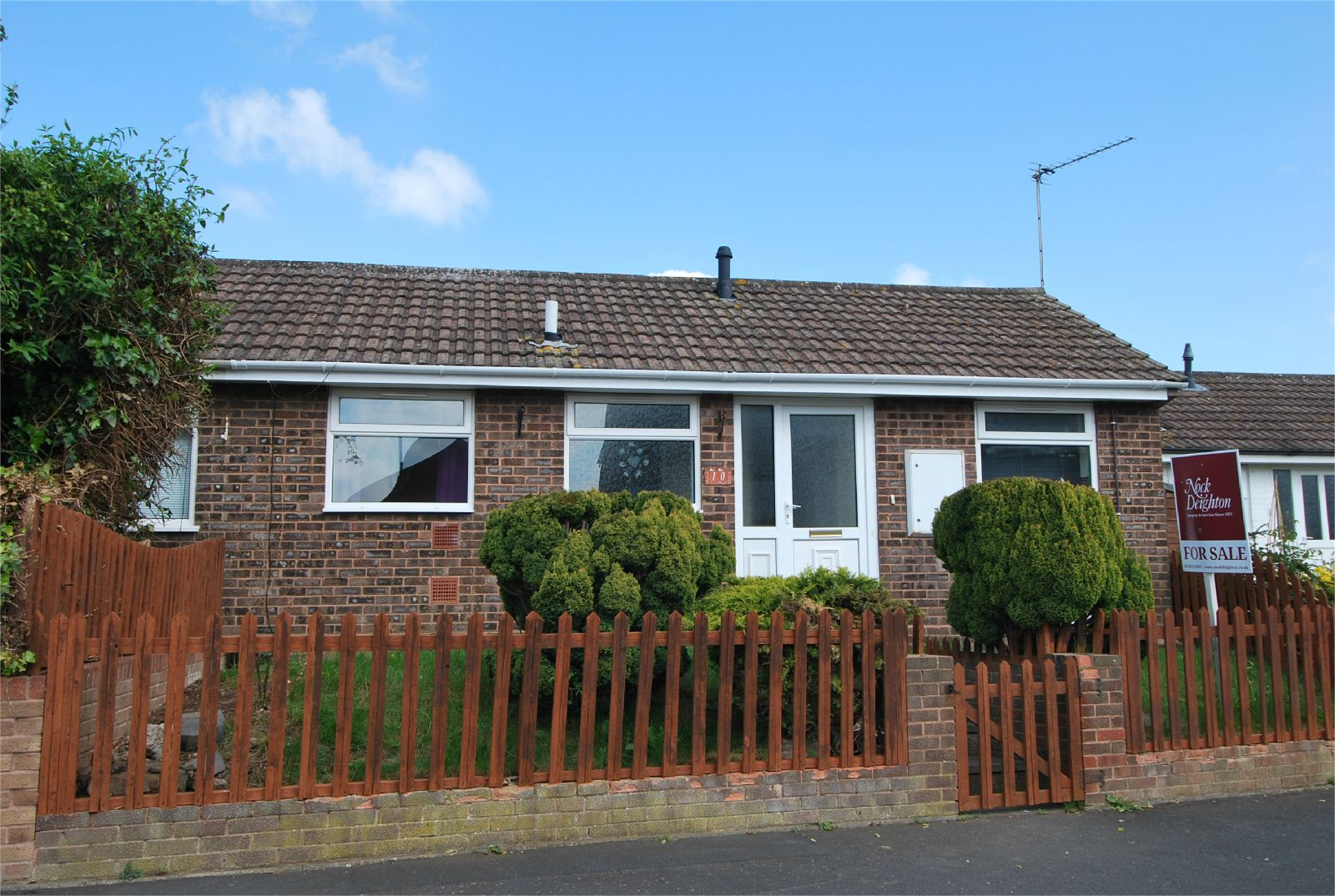 2 Bedrooms Semi Detached Bungalow for sale in 10 Ebnal Close, Leominster, Herefordshire, HR6