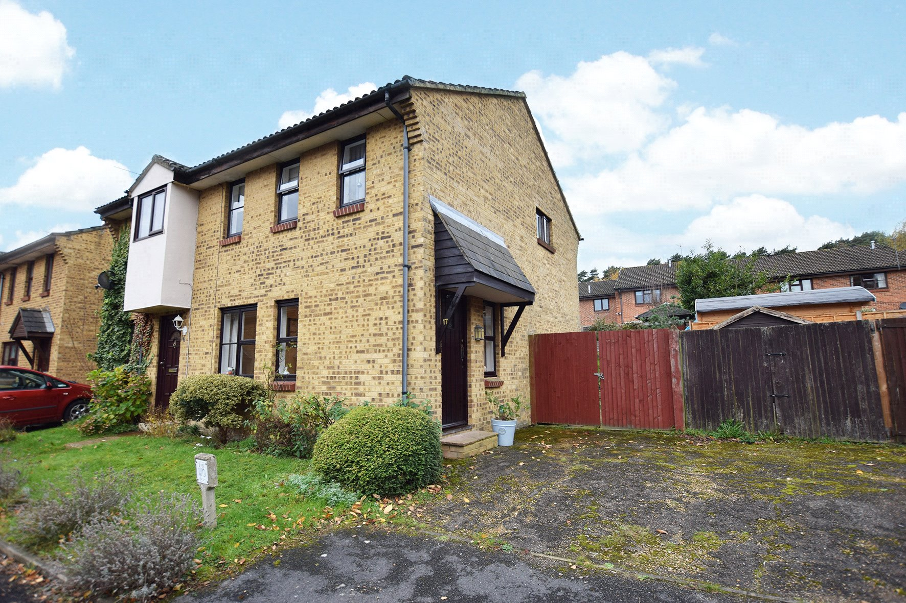 3 Bedrooms Semi Detached House for sale in Chisbury Close, Bracknell, Berkshire, RG12