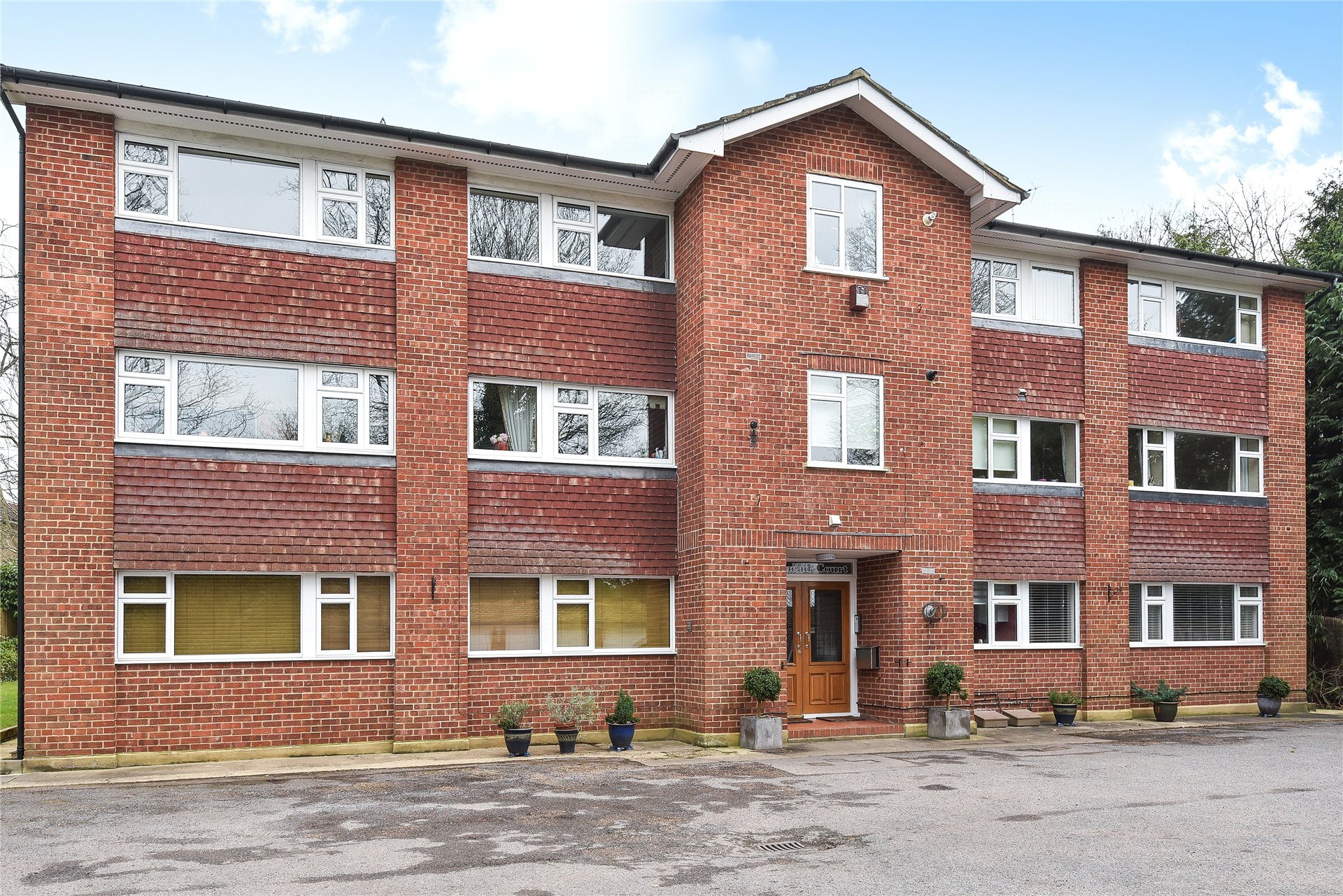 2 Bedrooms Apartment Flat for rent in Fairmead Court, Gordon Crescent, Camberley, Surrey, GU15