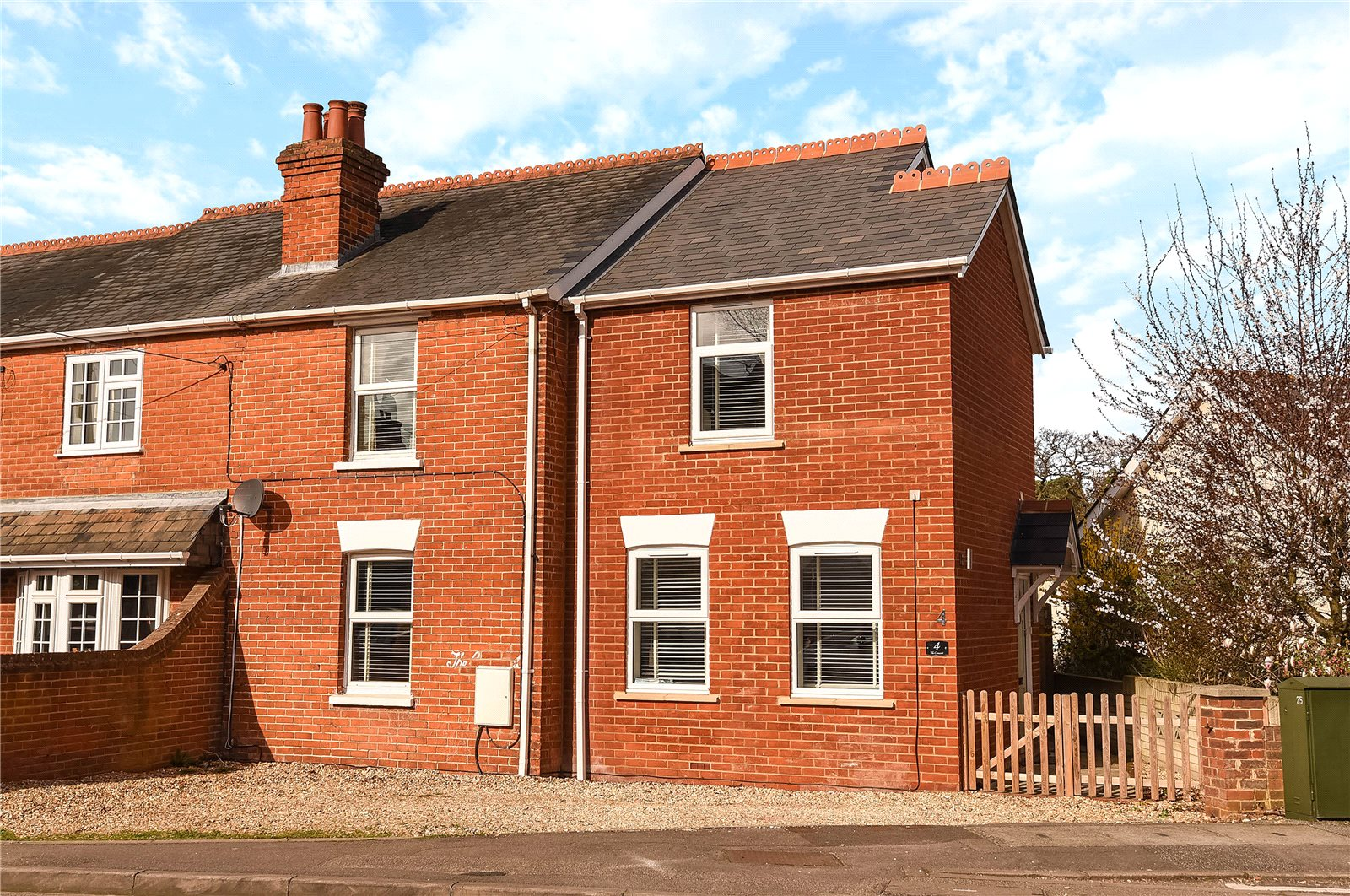3 Bedrooms Semi Detached House for sale in The Crescent, Darby Green Road, Blackwater, Camberley, GU17