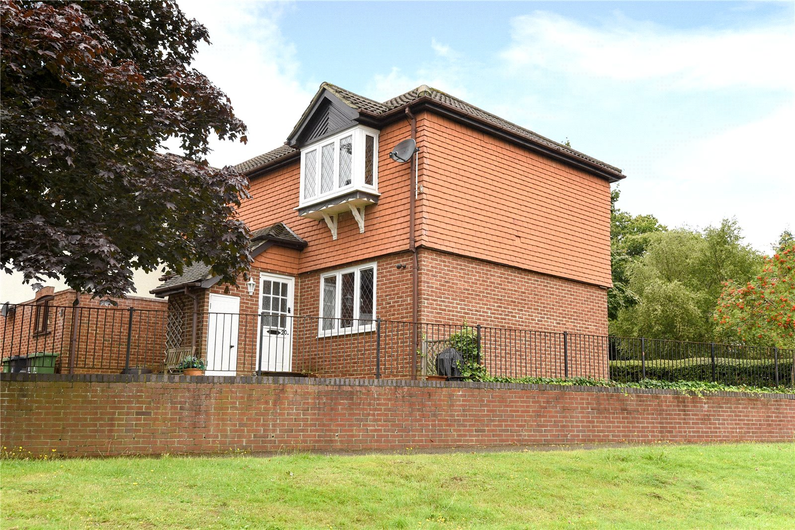 2 Bedrooms Maisonette Flat for sale in Shepherds Chase, Bagshot, Surrey, GU19