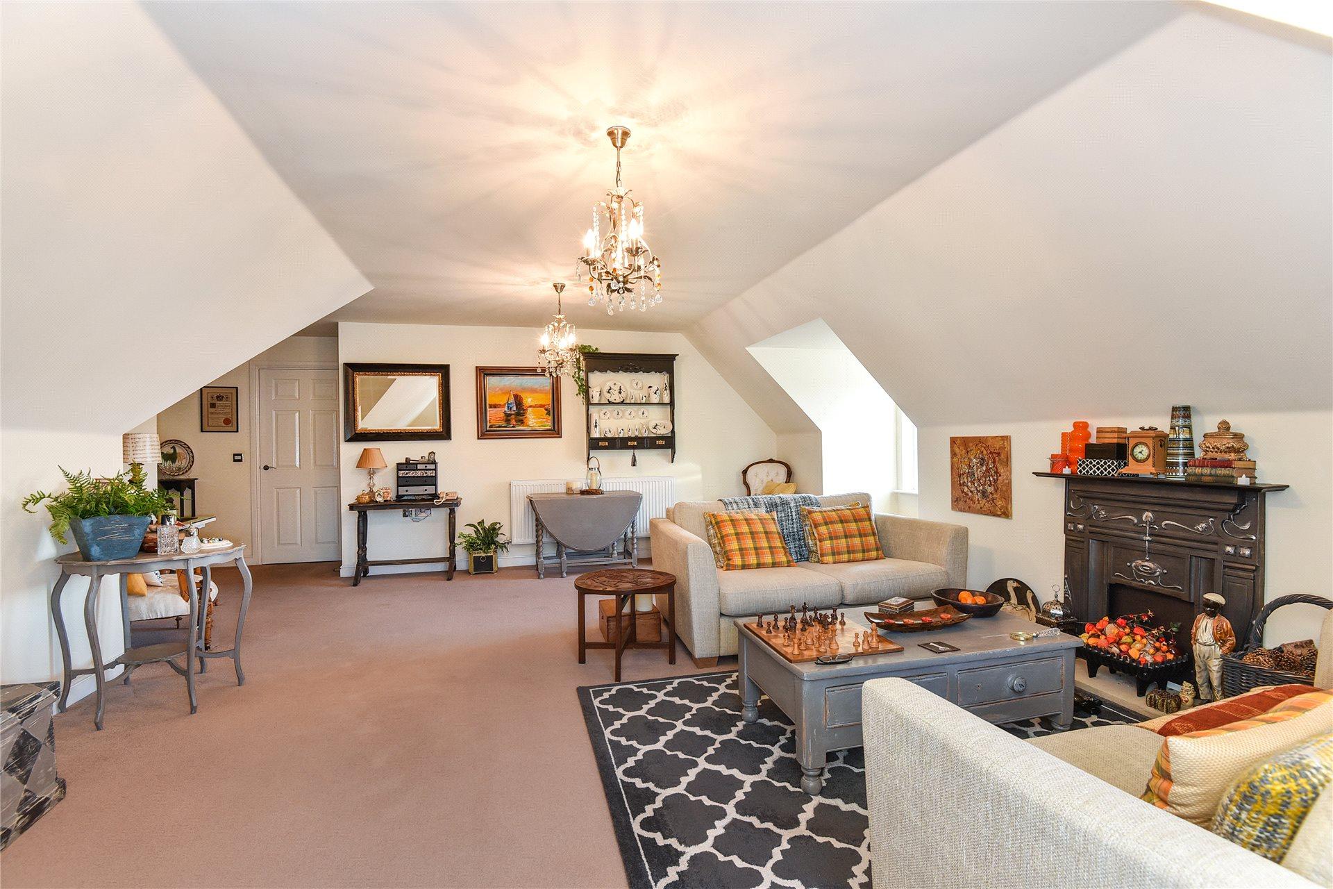 2 Bedrooms Apartment Flat for sale in St. Sebastians Court, Nine Mile Ride, Wokingham, Berkshire, RG40
