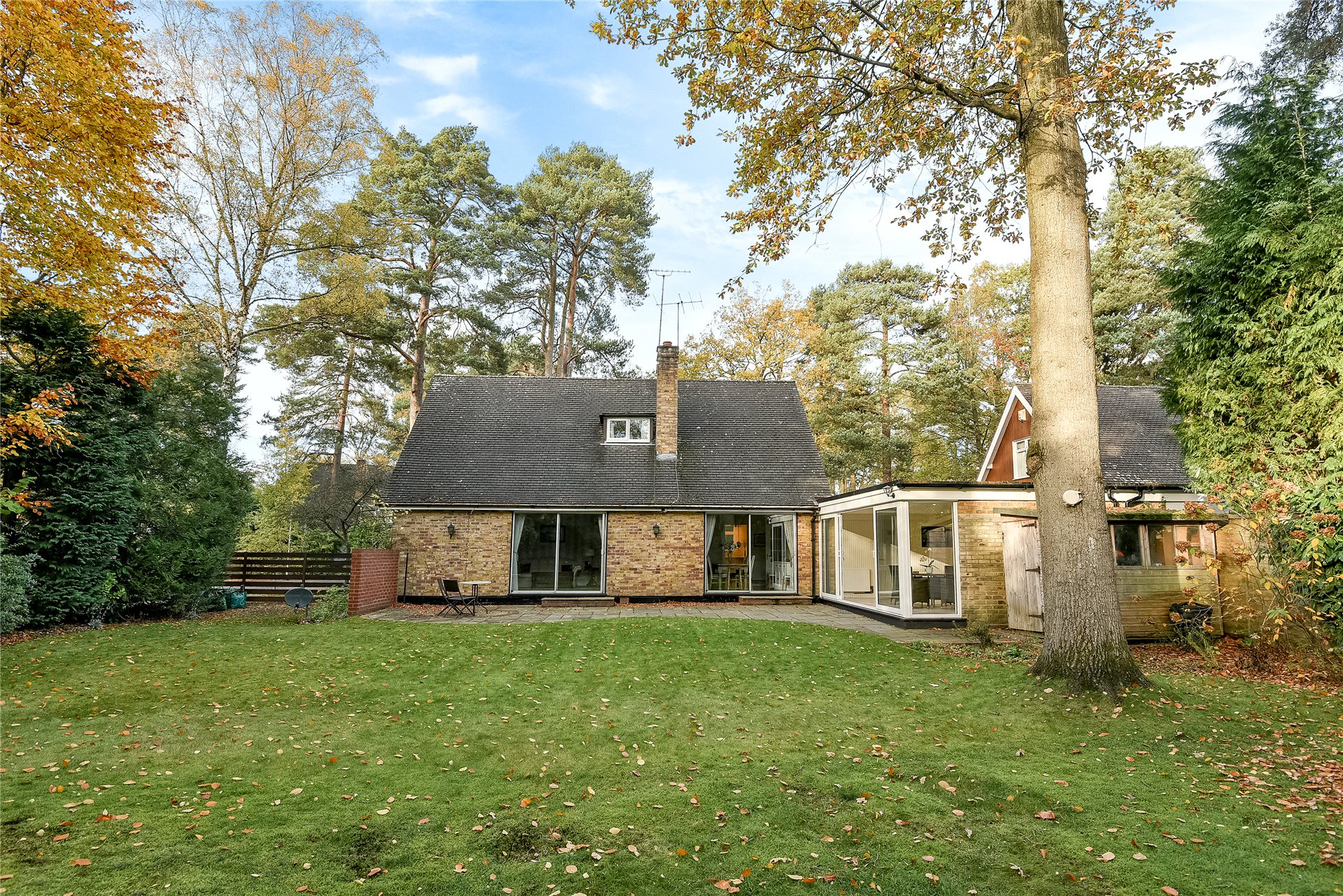 4 Bedrooms Detached House for sale in Edgcumbe Park Drive, Crowthorne, Berkshire, RG45