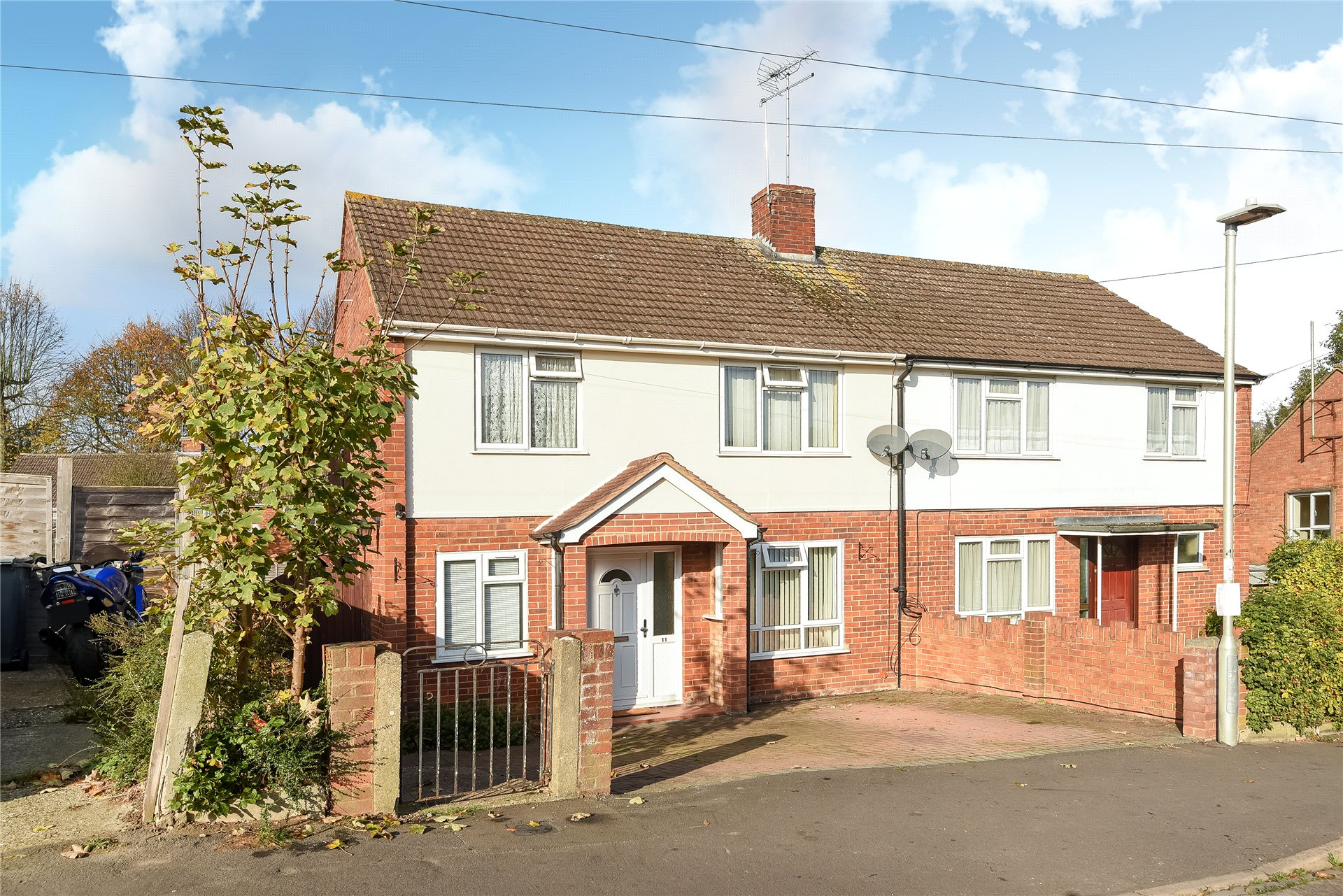 3 Bedrooms Semi Detached House for sale in Carsdale Close, Reading, Berkshire, RG1