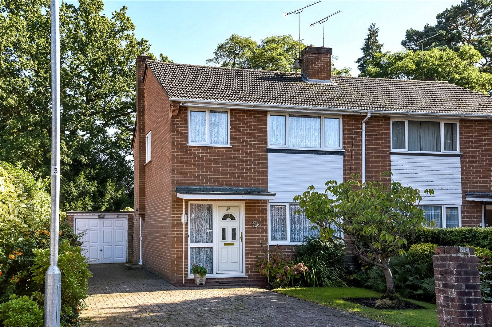 3 Bedrooms Semi Detached House for sale in Albion Road, Sandhurst, Berkshire, GU47
