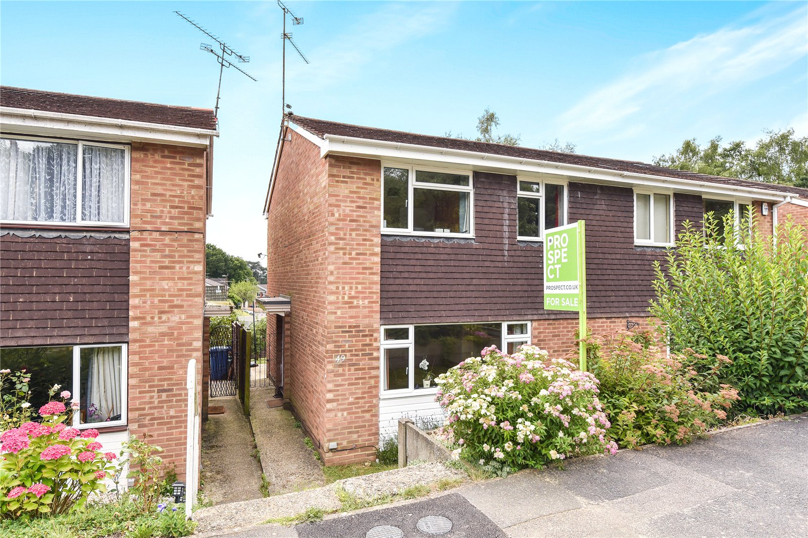 3 Bedrooms Semi Detached House for sale in Grampian Road, Little Sandhurst, Berkshire, GU47