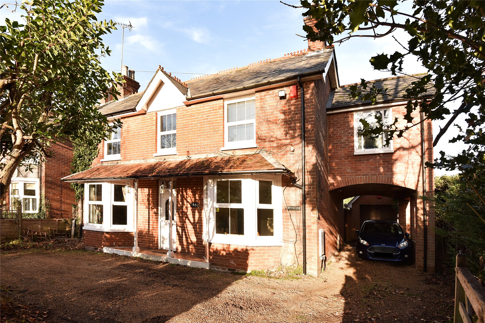 4 Bedrooms Detached House for sale in Reading Road, Blackwater, Camberley, GU17