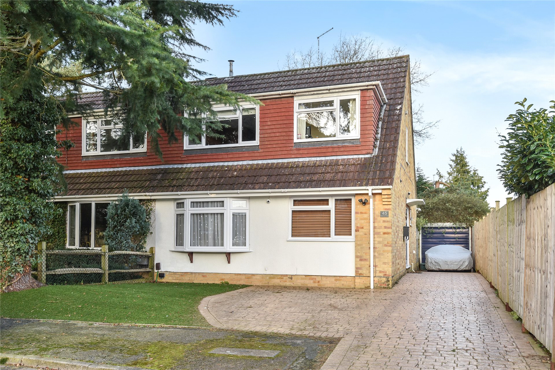 3 Bedrooms Semi Detached House for sale in Bartons Drive, Yateley, Hampshire, GU46