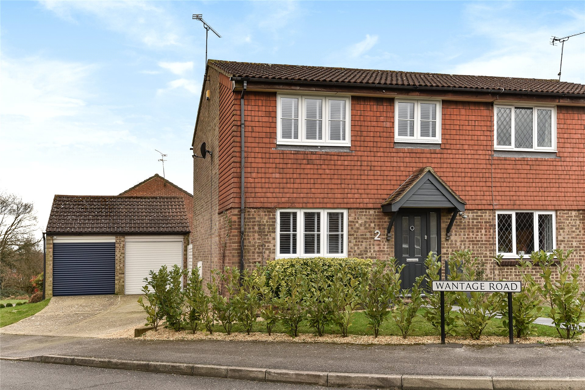 3 Bedrooms Semi Detached House for sale in Wantage Road, College Town, Sandhurst, Berkshire, GU47
