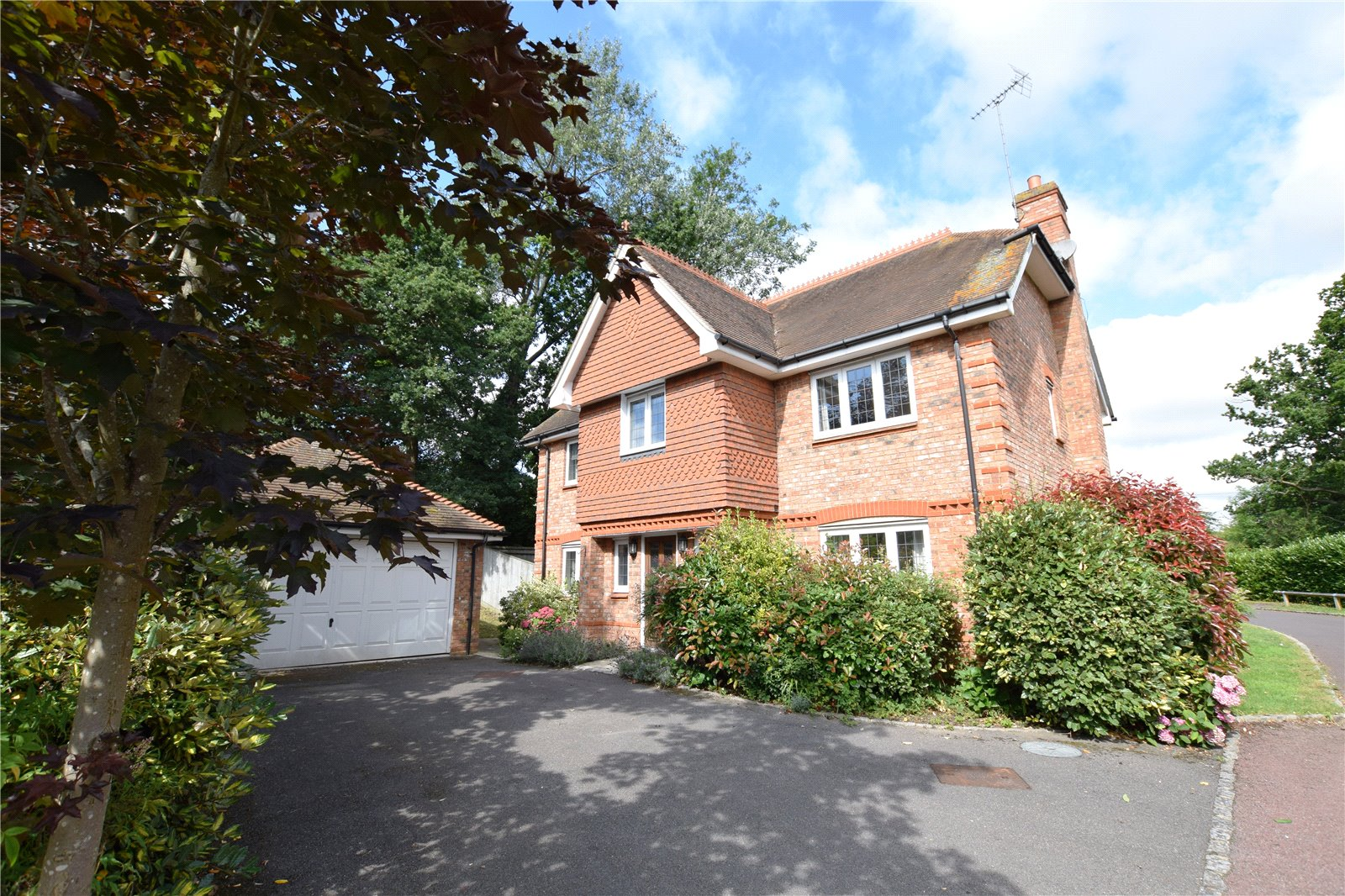 5 Bedrooms Detached House for sale in Oxfordshire Place, Warfield, Berkshire, RG42