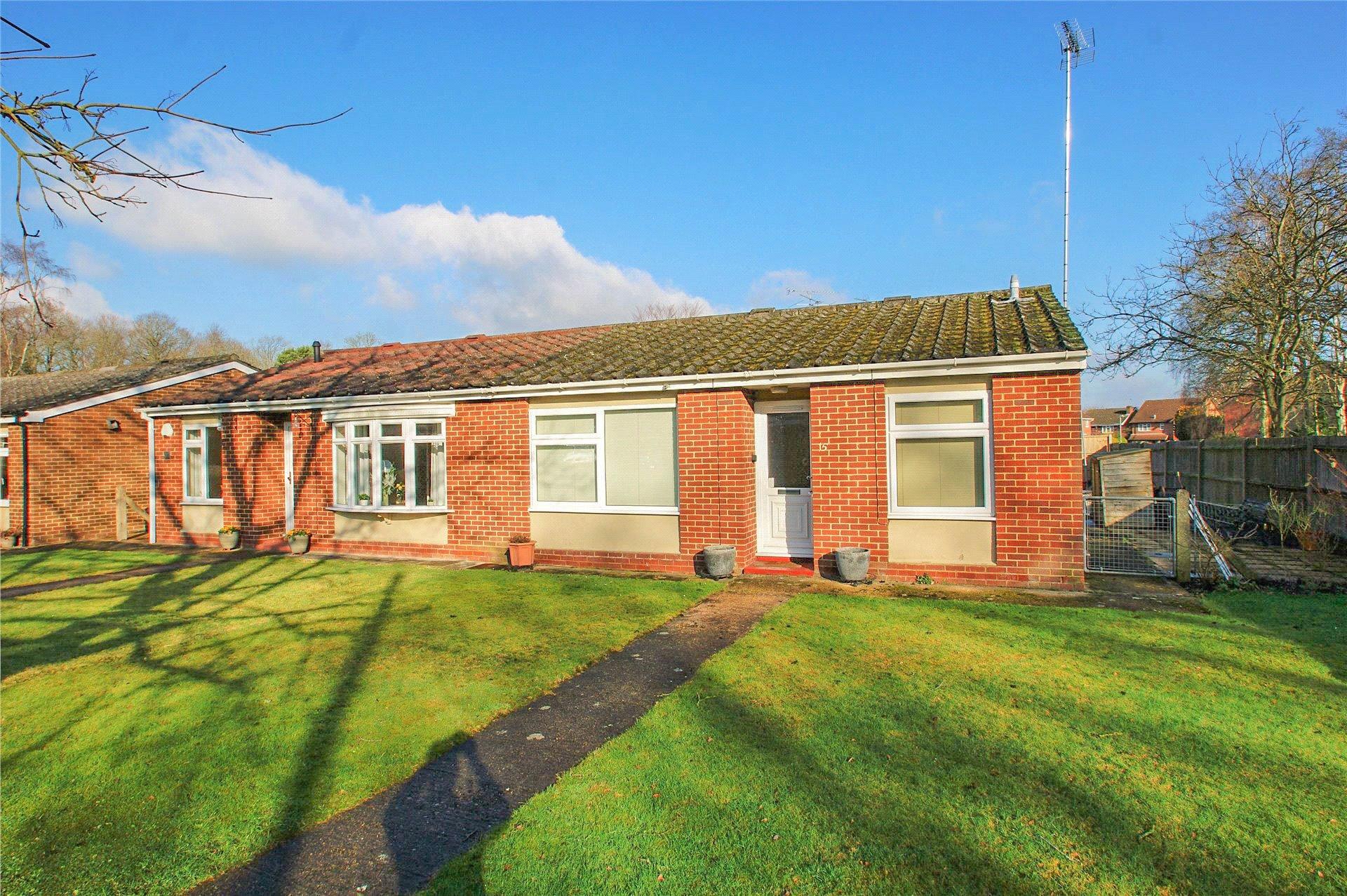 2 Bedrooms Semi Detached Bungalow for sale in Woodside Close, Finchampstead, Wokingham, Berkshire, RG40