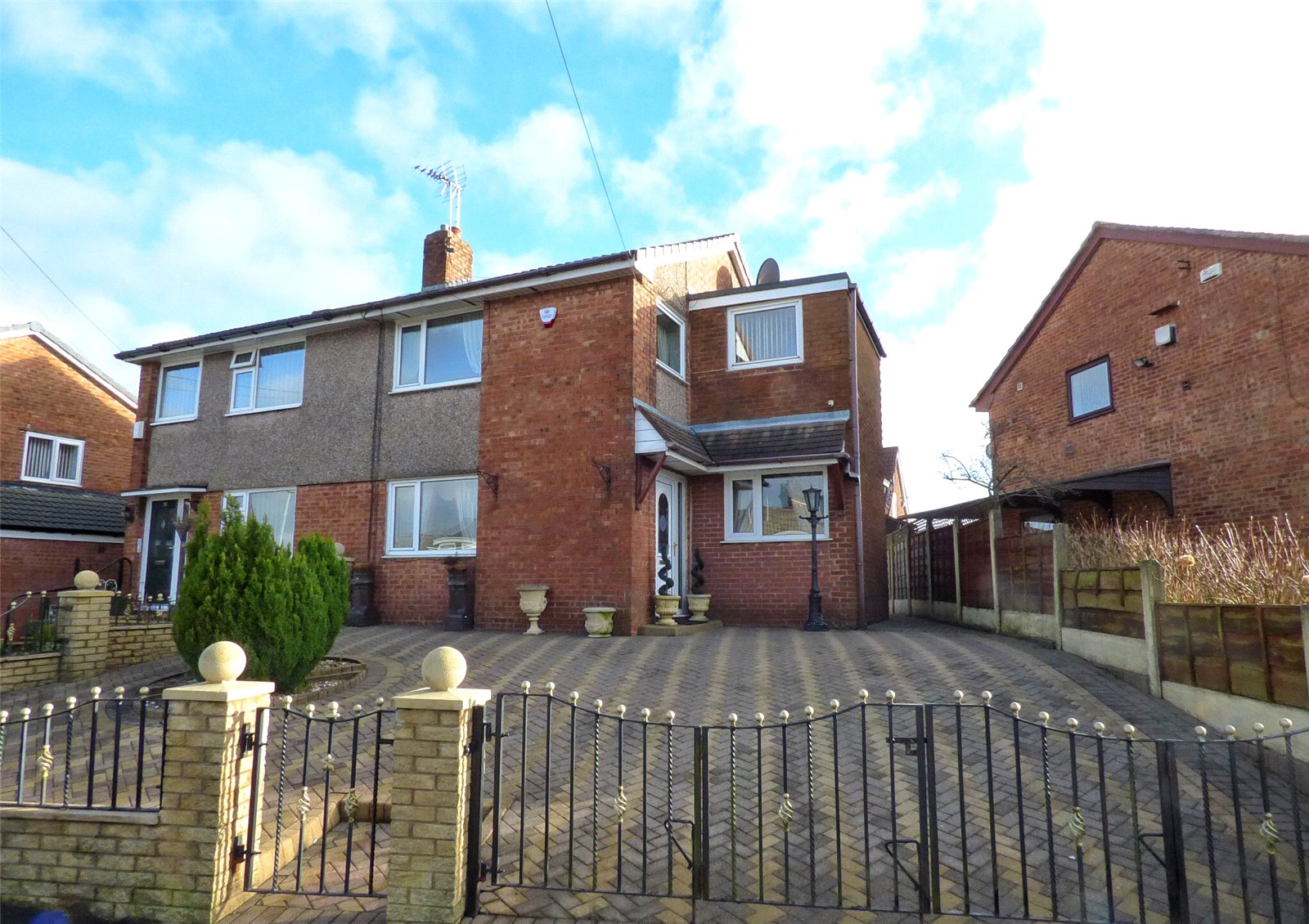 4 Bedrooms Semi Detached House for sale in Devonport Crescent, Royton, Oldham, Greater Manchester, OL2
