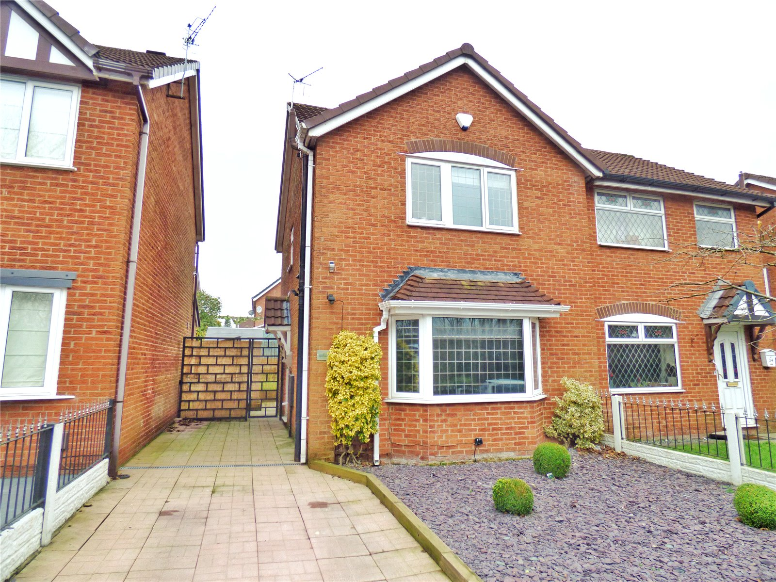 3 Bedrooms Semi Detached House for sale in Breeze Hill Road, Salem, Oldham, Greater Manchester, OL4