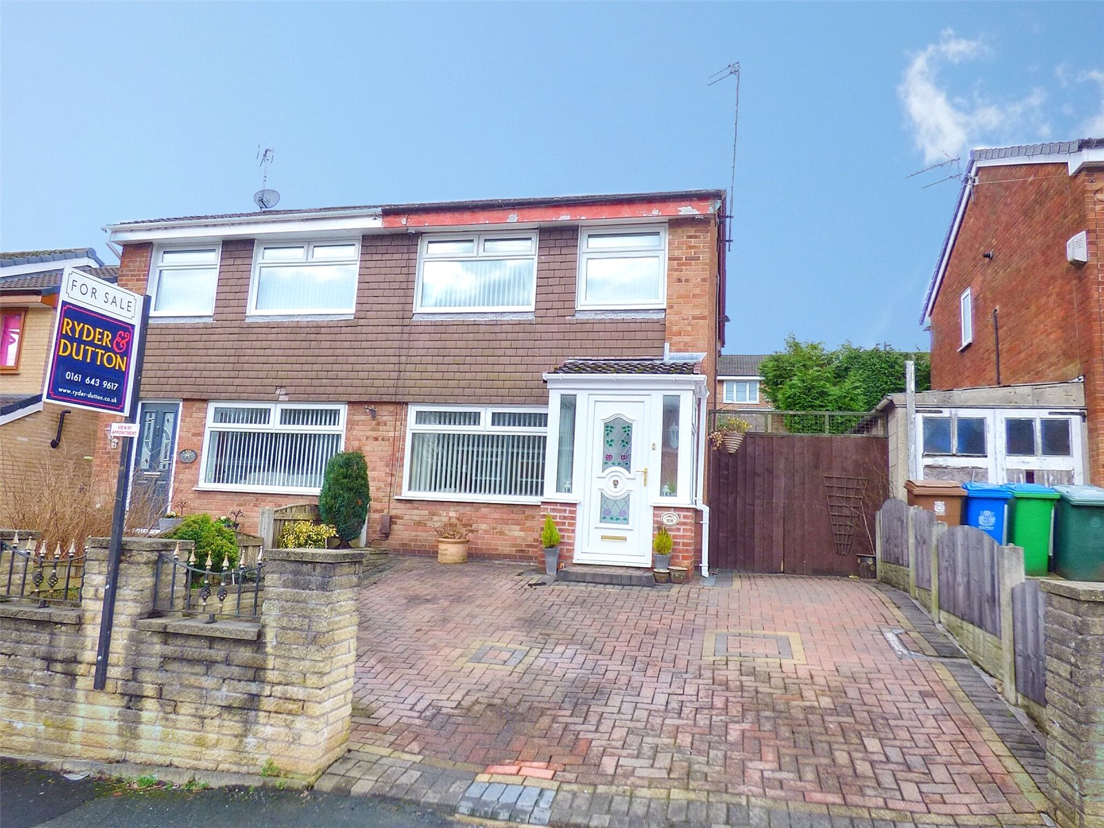 3 Bedrooms Semi Detached House for sale in Glenwood Drive, Middleton, Manchester, M24