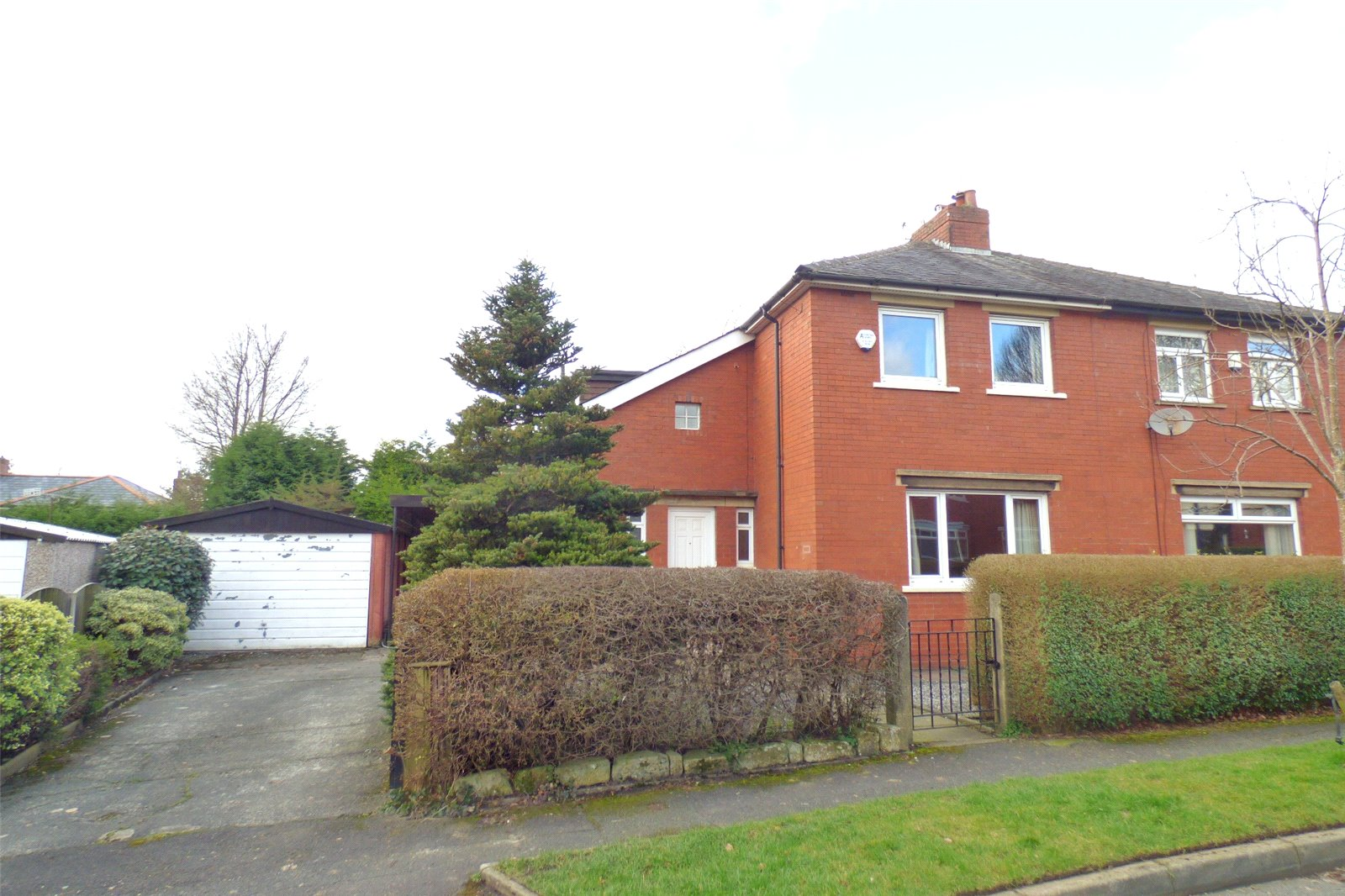 2 Bedrooms Semi Detached House for sale in Green Lane, Garden Suburb, Oldham, Greater Manchester, OL8