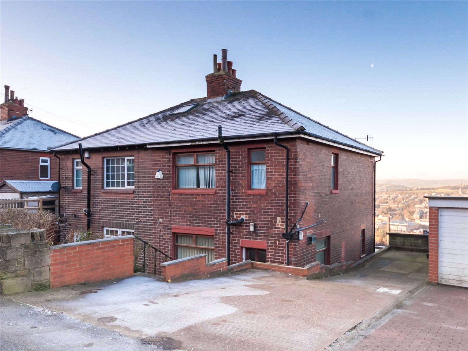 3 Bedrooms Semi Detached House for sale in Blaithroyd Lane, Southowram, HALIFAX, West Yorkshire, HX3