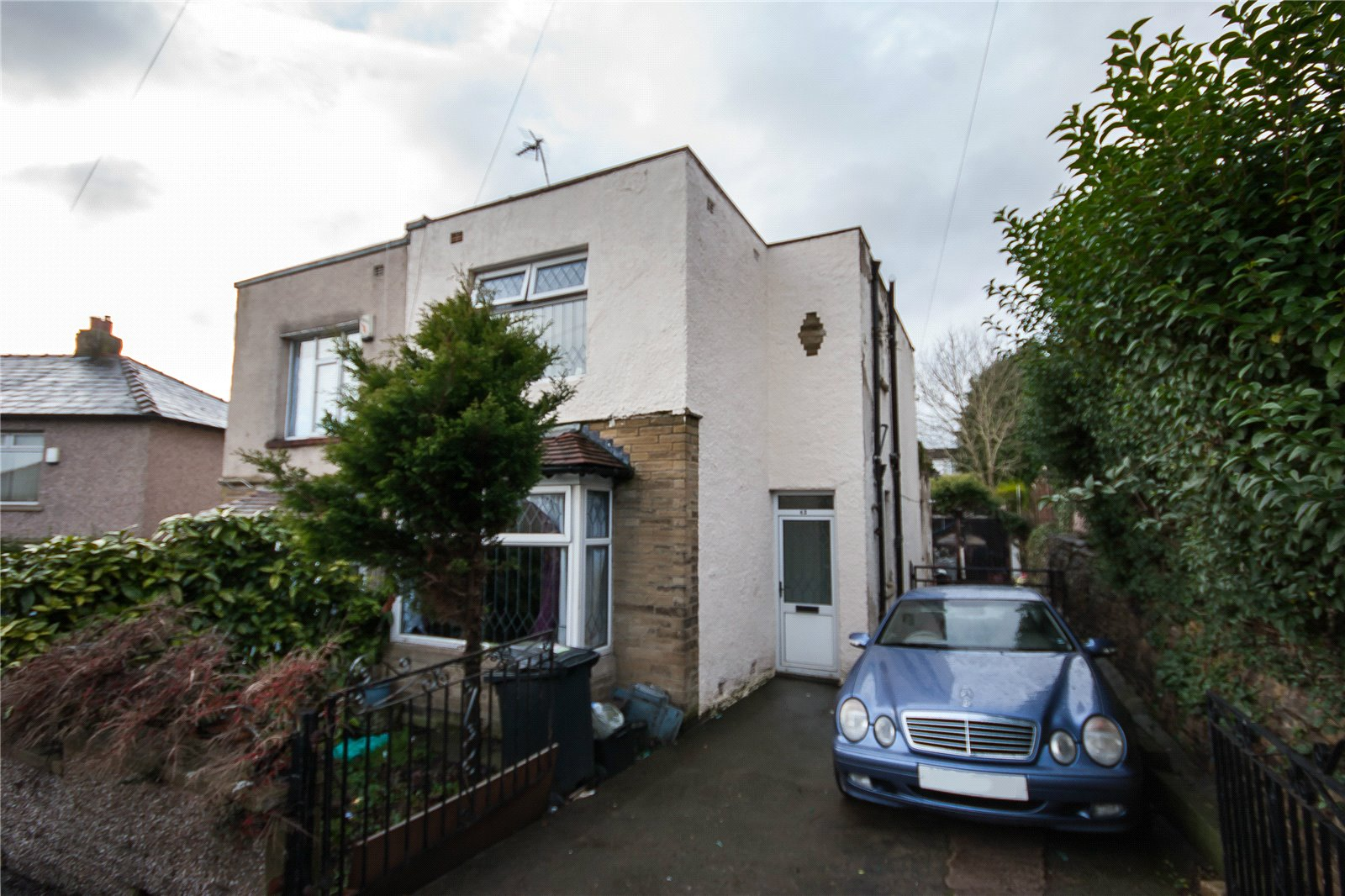 3 Bedrooms Semi Detached House for sale in Castle Avenue, BRIGHOUSE, West Yorkshire, HD6