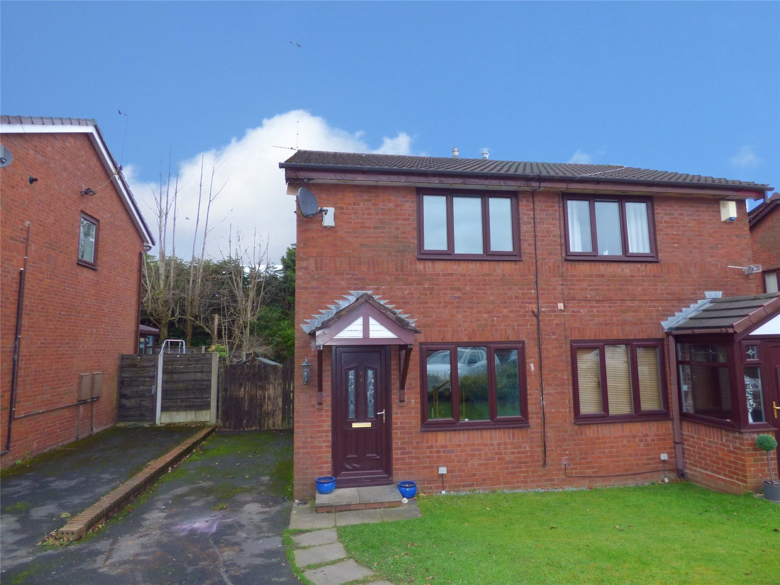 2 Bedrooms Semi Detached House for sale in Foley Gardens, Heywood, Greater Manchester, OL10
