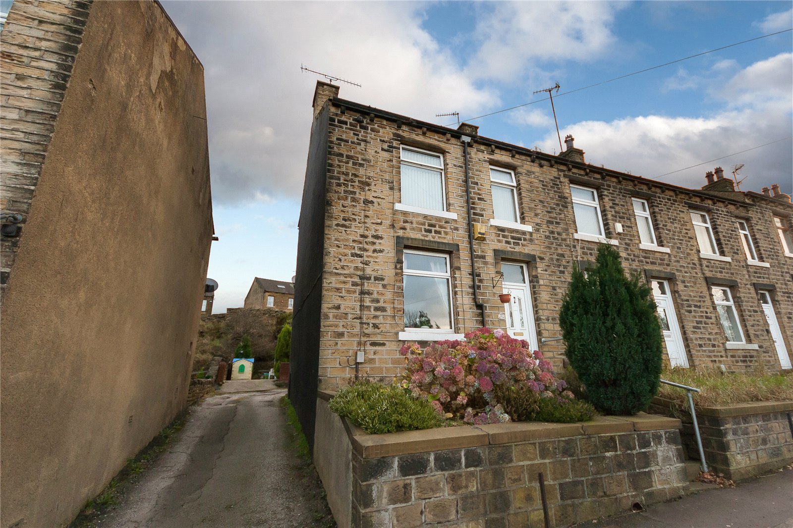 3 Bedrooms End Of Terrace House for sale in Manchester Road, Huddersfield, HD4
