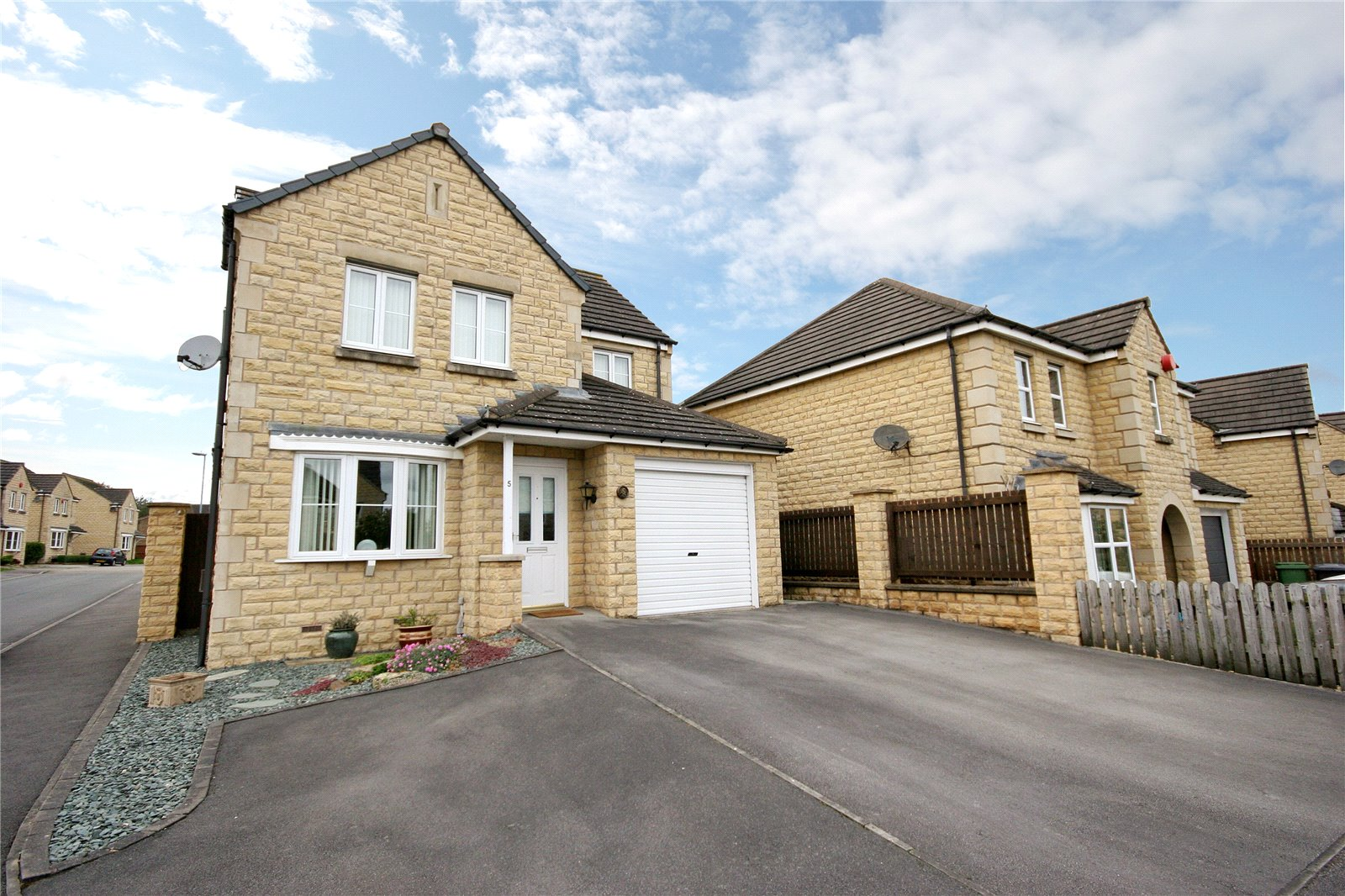 3 Bedrooms Detached House for sale in Orchid Grove, Netherton, Huddersfield, West Yorkshire, HD4