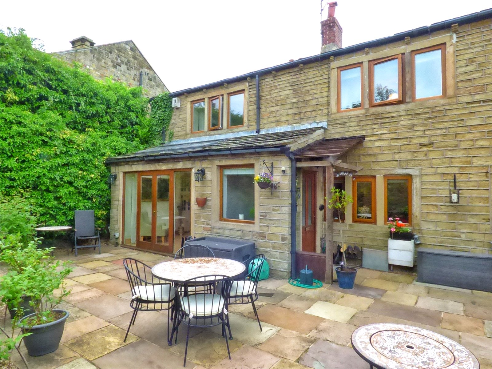 3 Bedrooms Terraced House for sale in Round Hill Lane, Upper Heaton, Huddersfield, West Yorkshire, HD5