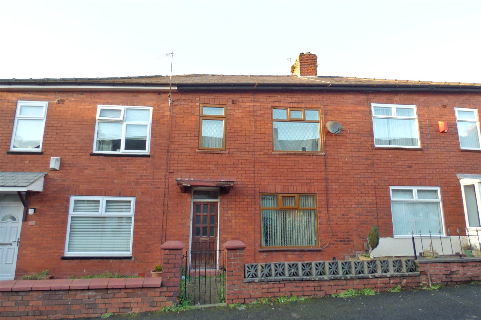 3 Bedrooms End Of Terrace House for sale in Milford Avenue, Hollinwood, Oldham, Greater Manchester, OL8