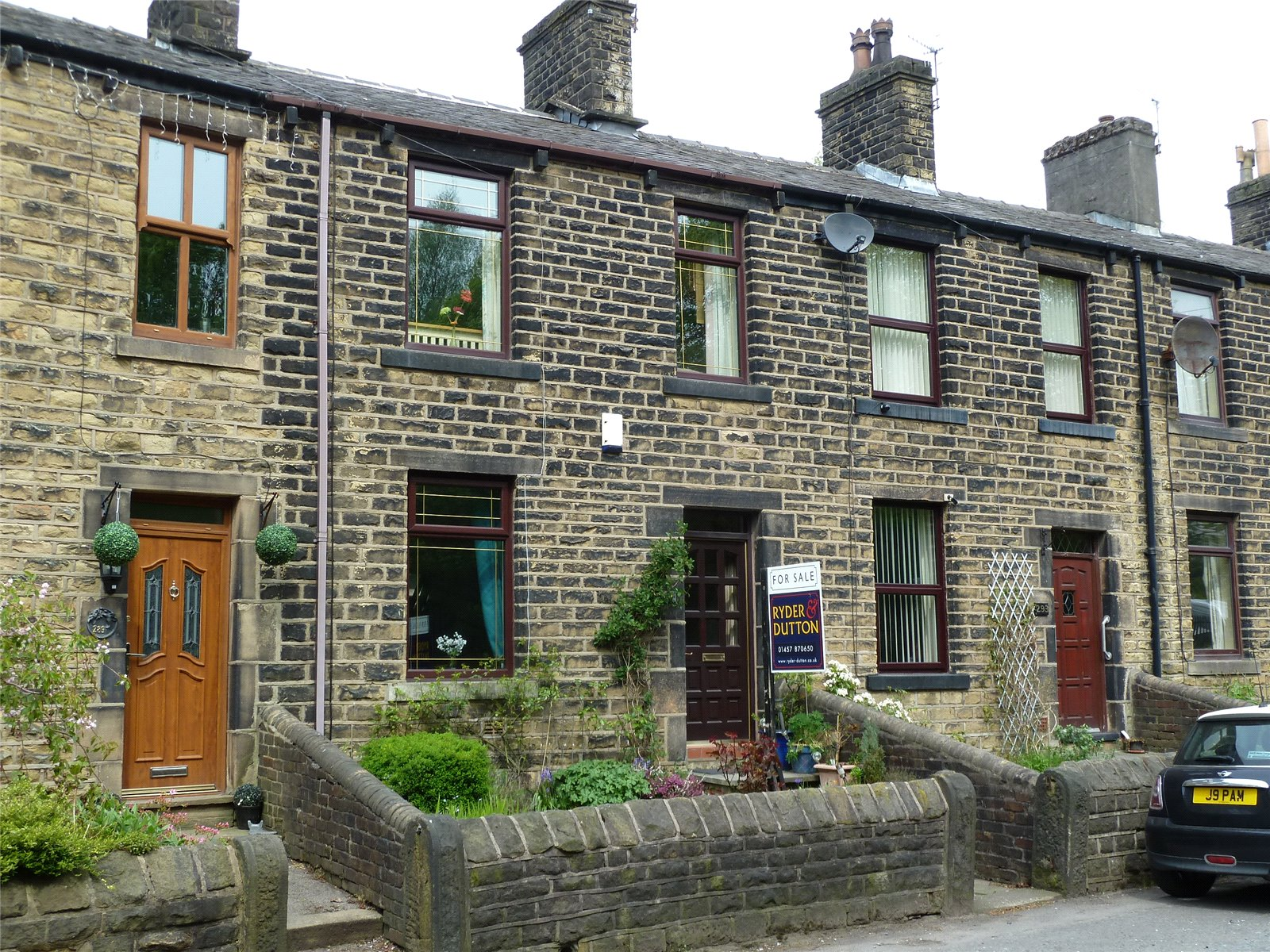 3 Bedrooms Terraced House for sale in Huddersfield Road, Diggle, Saddleworth, OL3