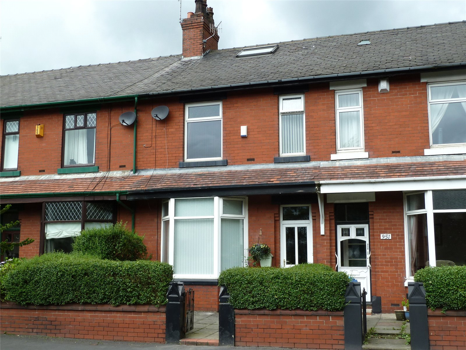 3 Bedrooms Terraced House for sale in Huddersfield Road, Scouthead, Saddleworth, OL4