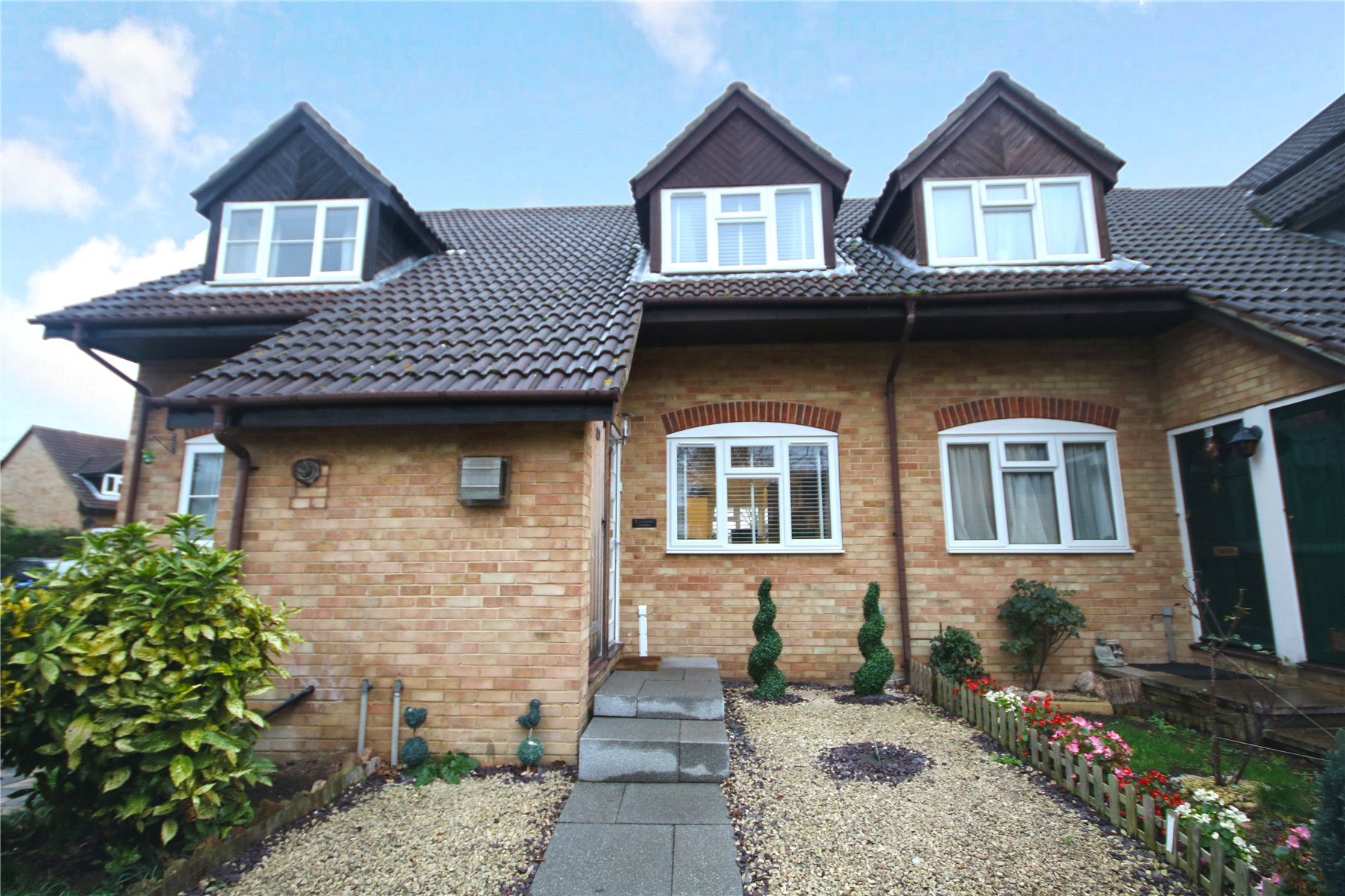 2 Bedrooms Terraced House for sale in Compton Gardens, Addlestone, Surrey, KT15