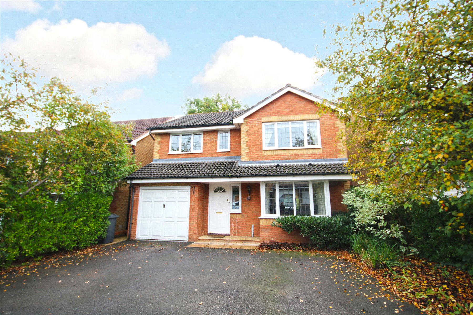 4 Bedrooms Detached House for sale in Redwoods, Rowtown, Surrey, KT15