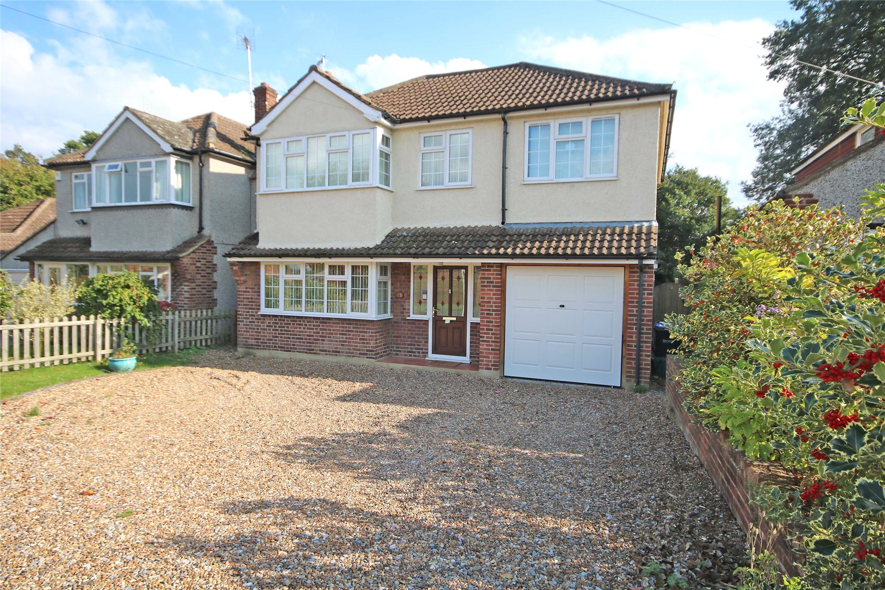 4 Bedrooms Detached House for sale in Franklands Drive, Rowtown, Surrey, KT15