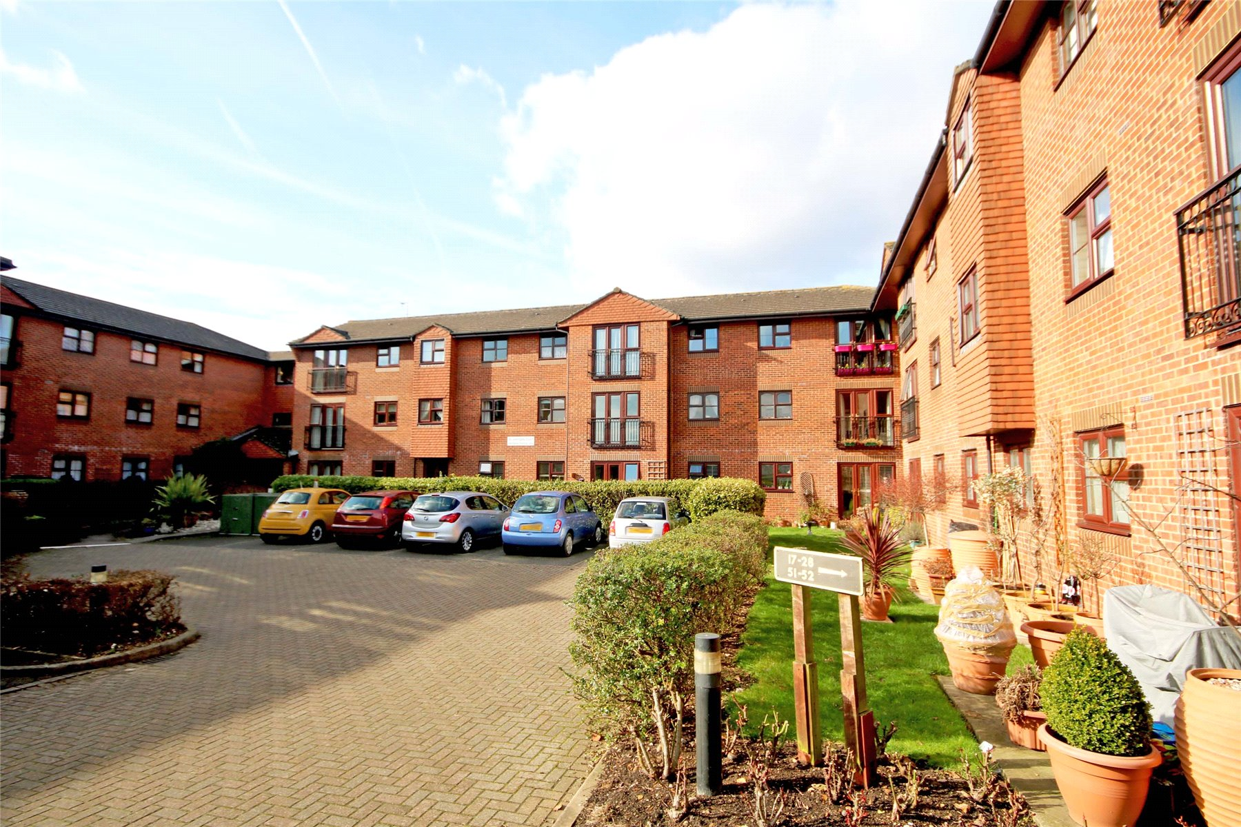 1 Bedroom Retirement Property for sale in St. Georges Court, St. Georges Road, Addlestone, Surrey, KT15