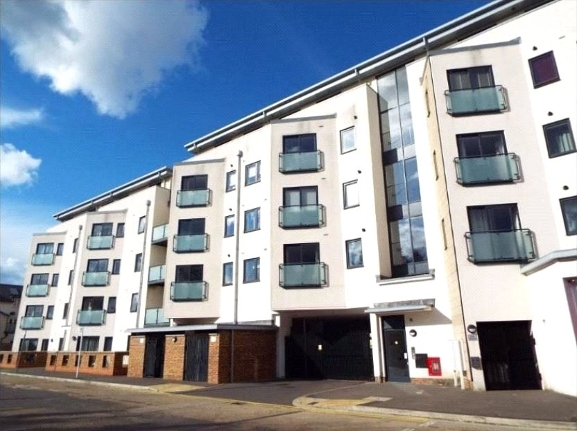 2 Bedrooms Apartment Flat for sale in Oak House, Victory Park Road, Addlestone, Surrey, KT15