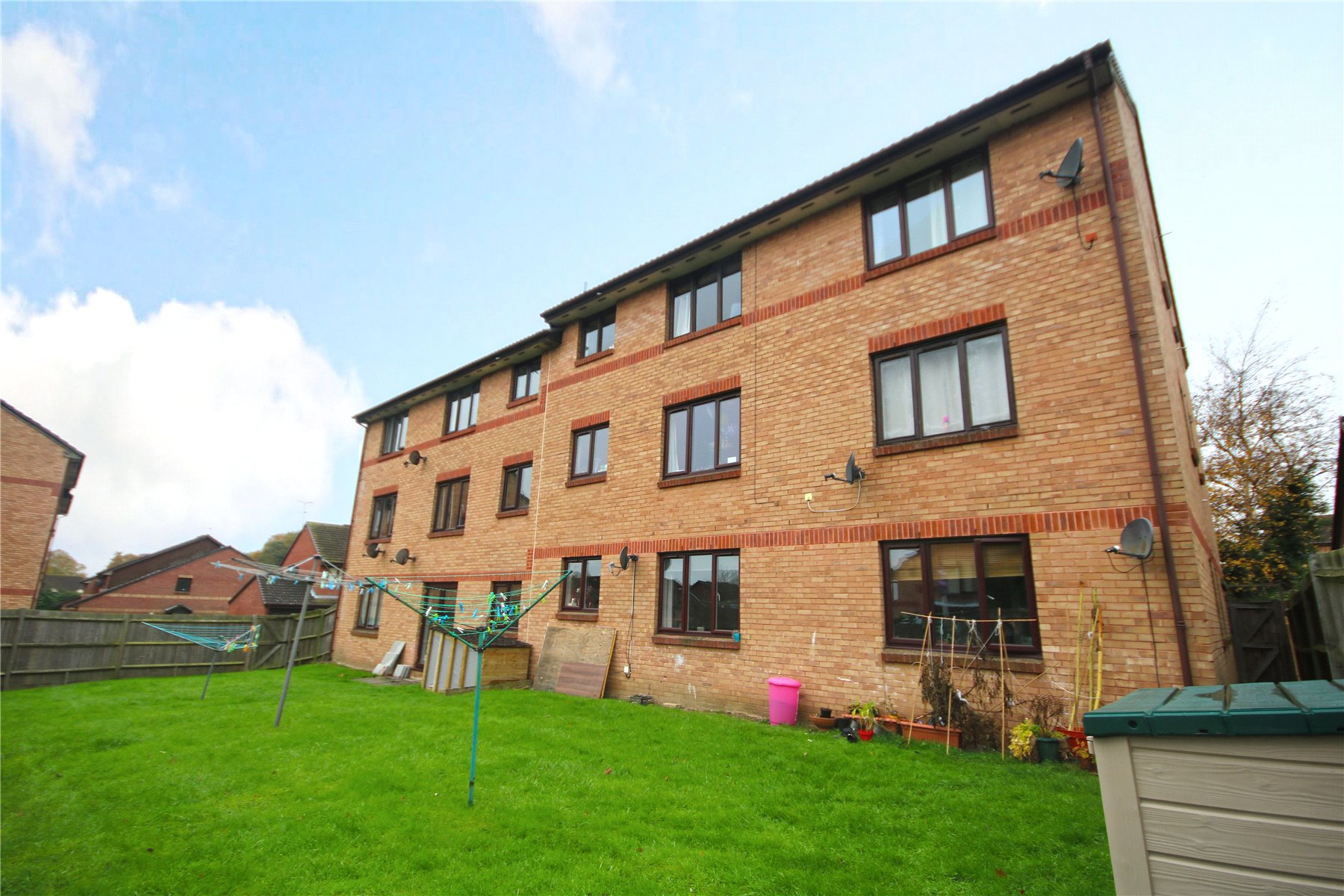 2 Bedrooms Apartment Flat for sale in Tucker Road, Ottershaw, Chertsey, Surrey, KT16