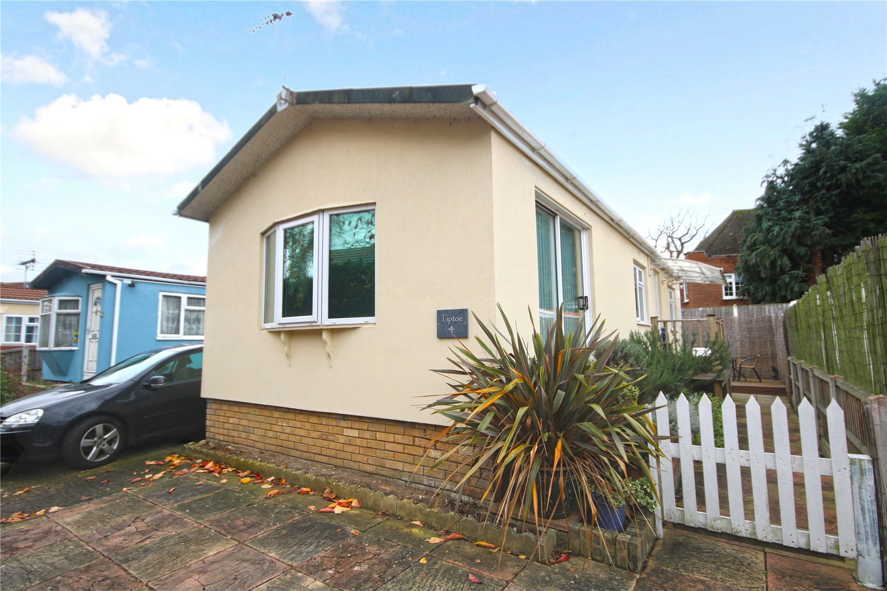 2 Bedrooms Mobile Home for sale in Manygate Park, Mitre Close, Shepperton, Surrey, TW17