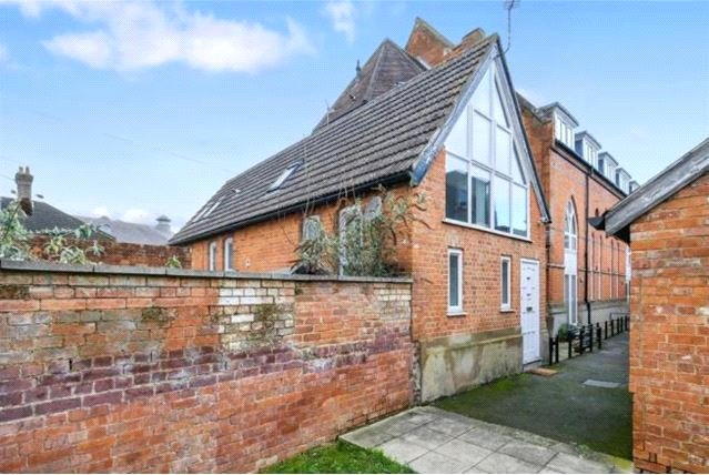 2 Bedrooms Maisonette Flat for sale in Stanway Place, 44-46 Guildford Street, Chertsey, Surrey, KT16