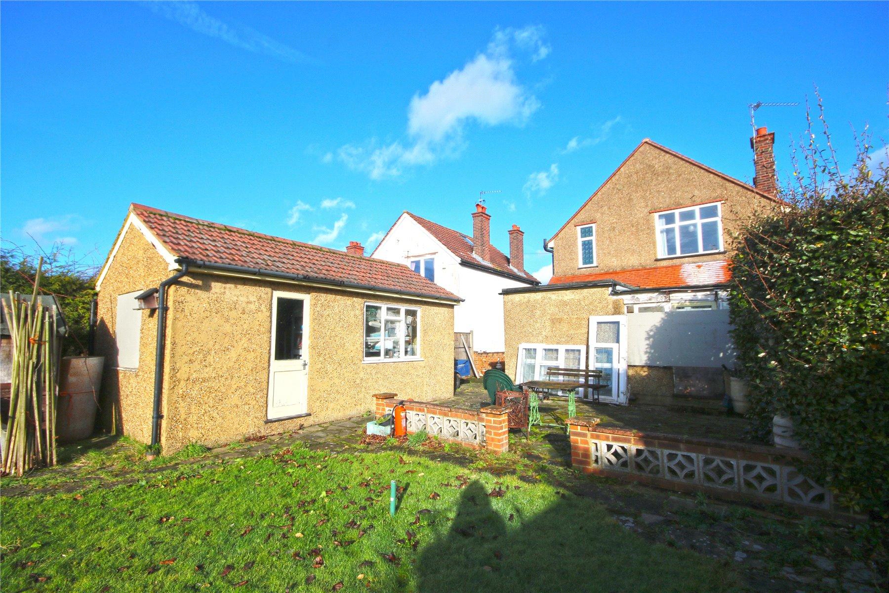 3 Bedrooms Detached House for sale in Grove Road, Chertsey, Surrey, KT16