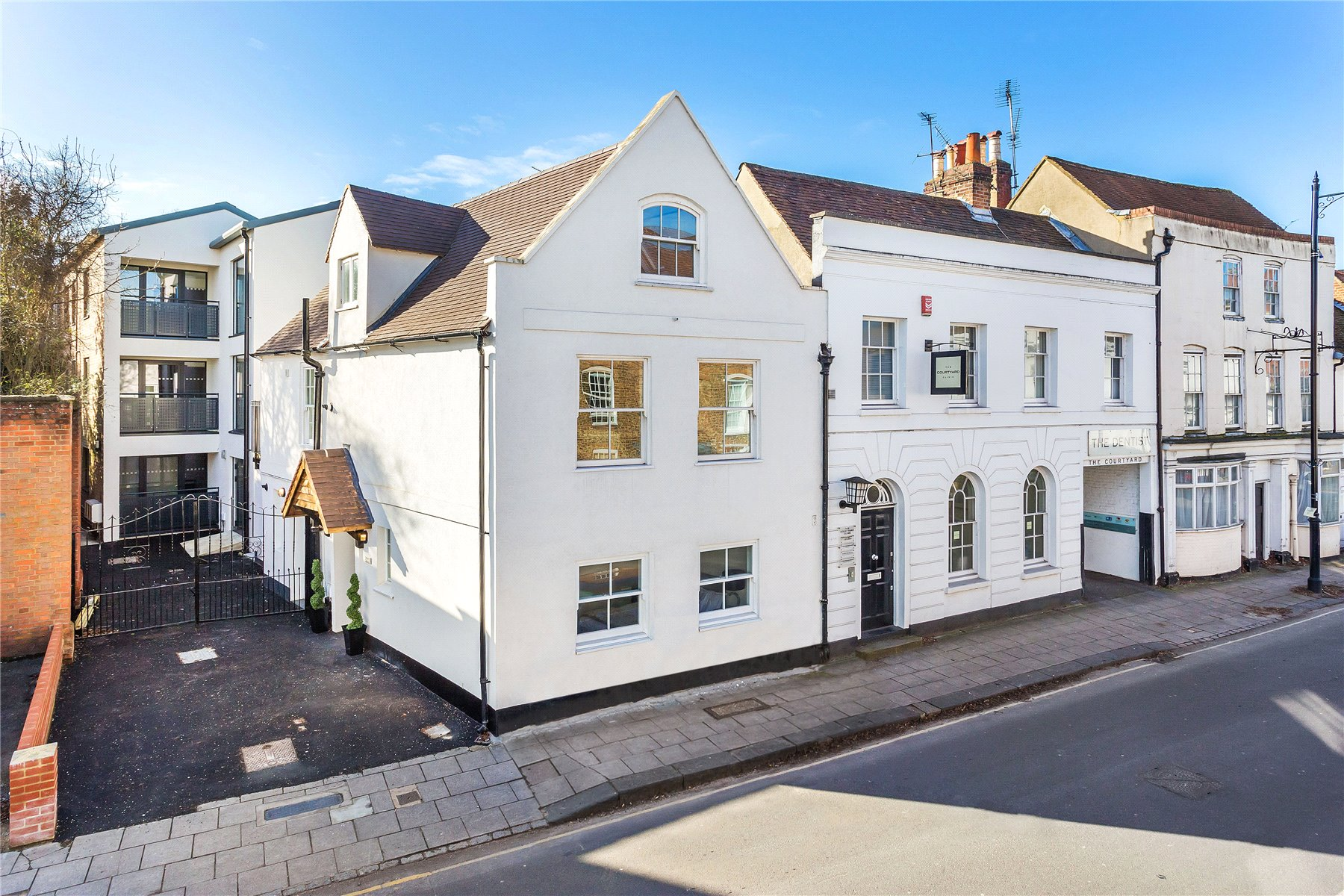 3 Bedrooms Apartment Flat for sale in Neilson Rise, 32 London Street, Chertsey, Surrey, KT16