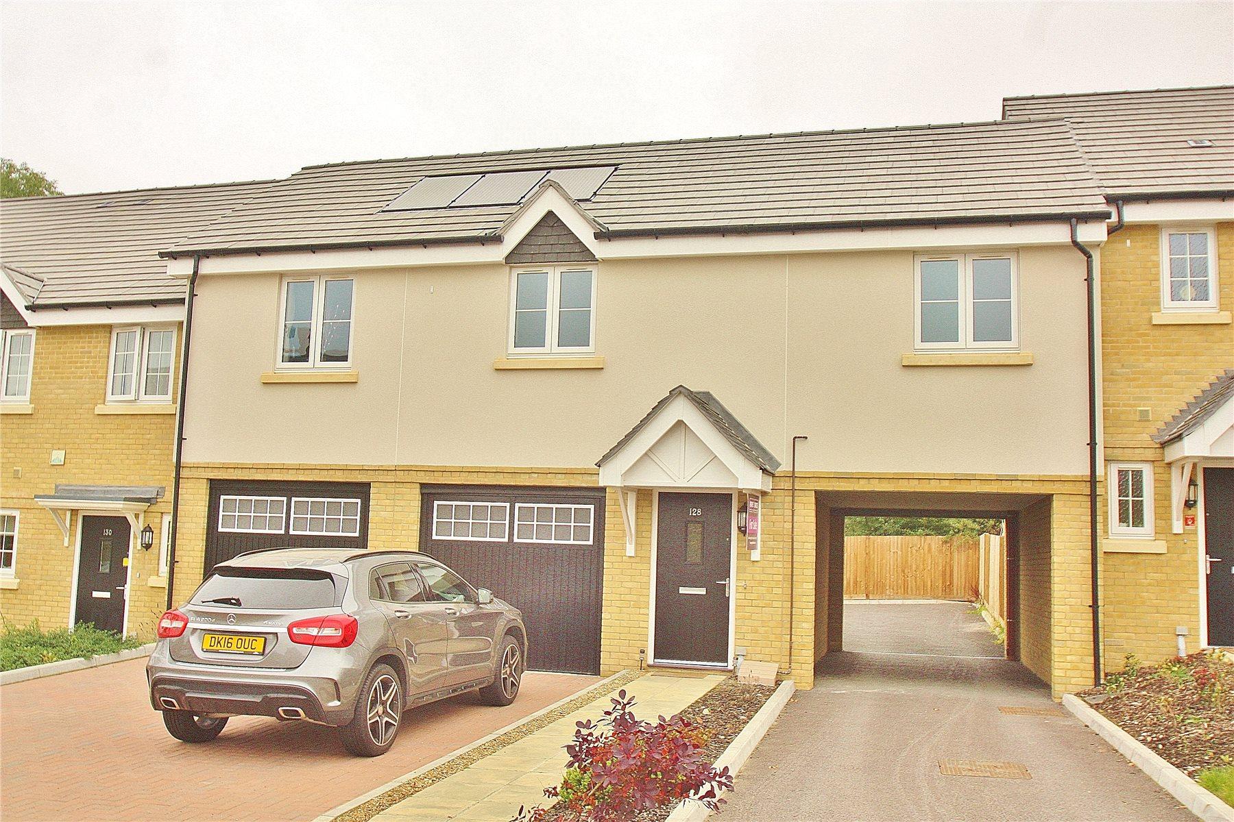 2 Bedrooms Apartment Flat for sale in Brookwood Farm Drive, Knaphill, Woking, Surrey, GU21