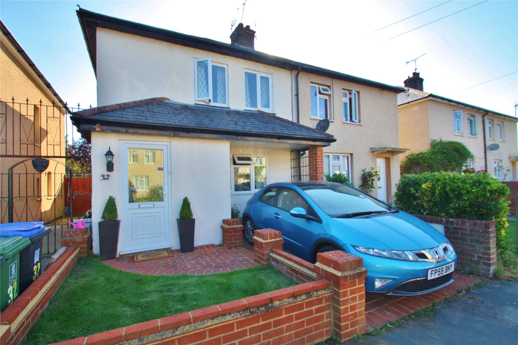 3 Bedrooms Semi Detached House for sale in Sussex Road, Knaphill, Surrey, GU21