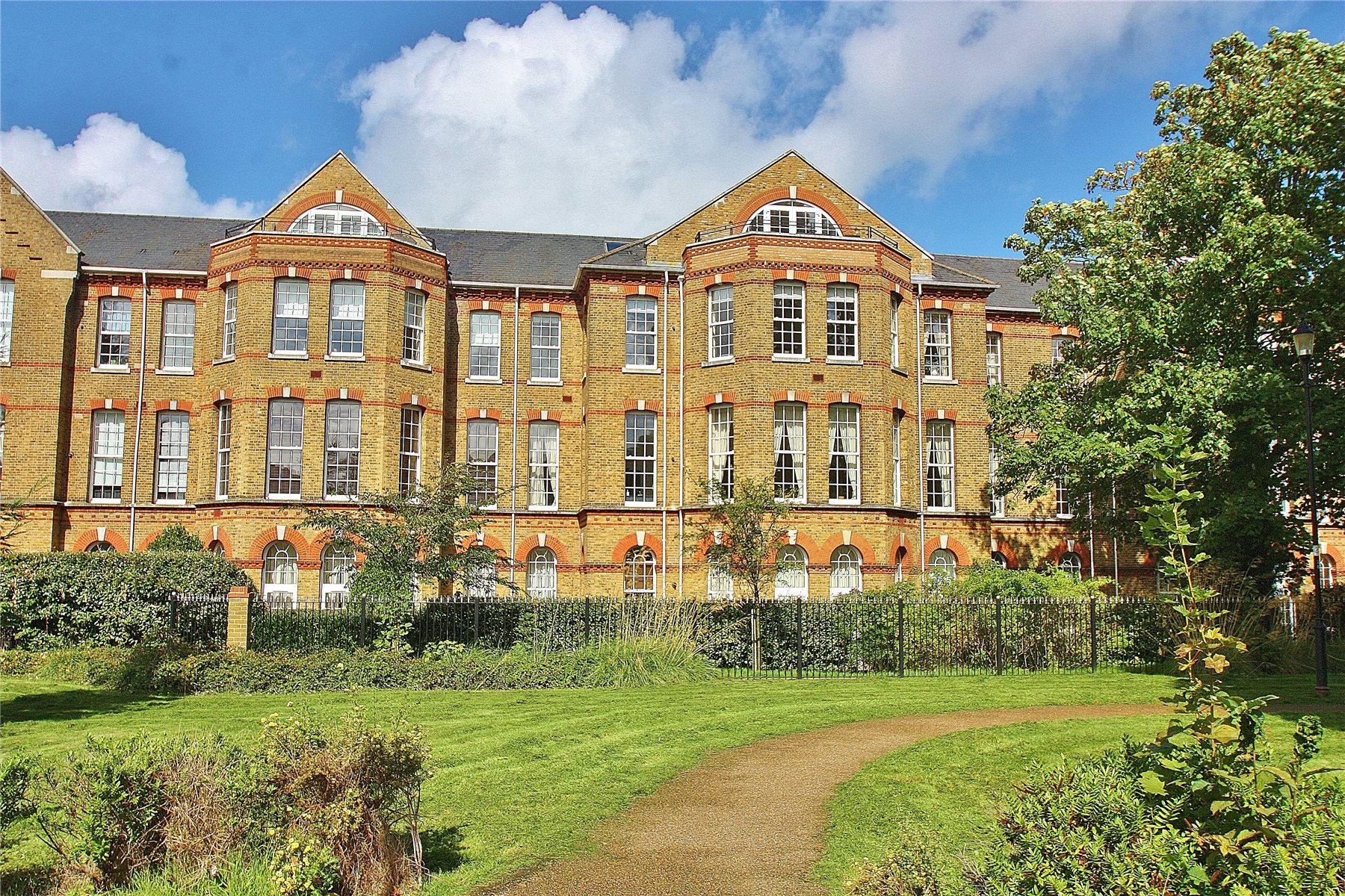 2 Bedrooms Apartment Flat for sale in Florence Court, Knaphill, GU21