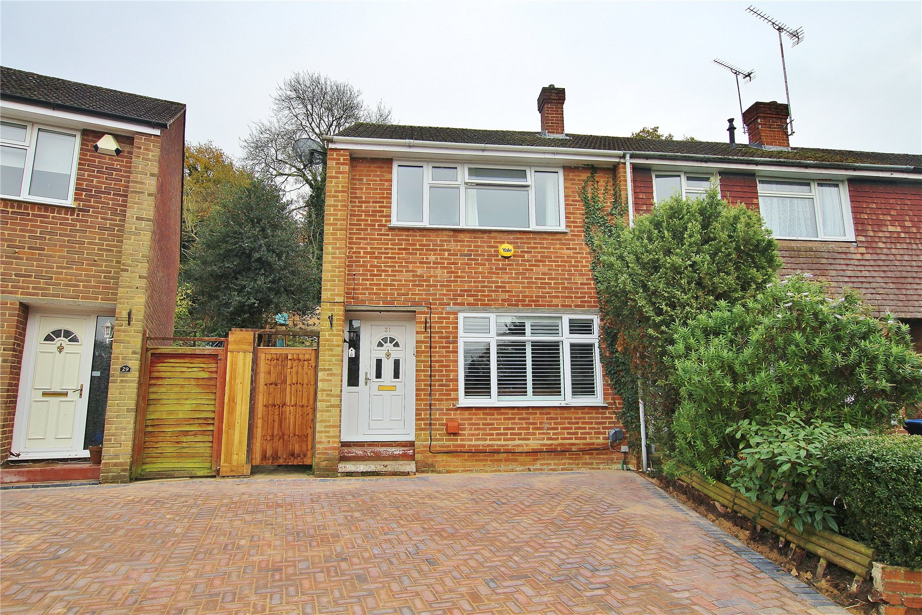 3 Bedrooms End Of Terrace House for sale in Robin Hood Crescent, Knaphill, Woking, Surrey, GU21