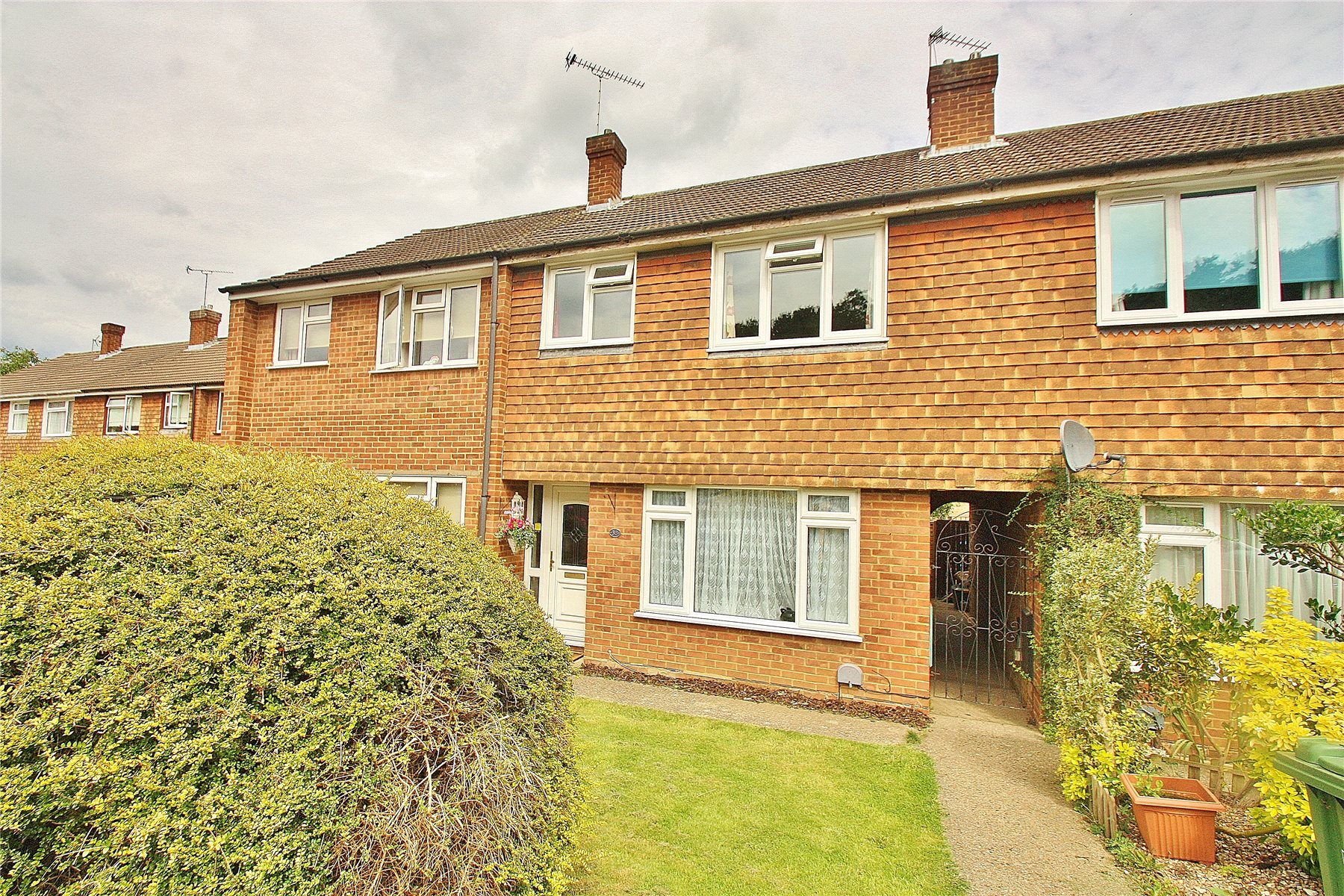 3 Bedrooms Terraced House for sale in Robin Hood Crescent, Knaphill, Woking, Surrey, GU21