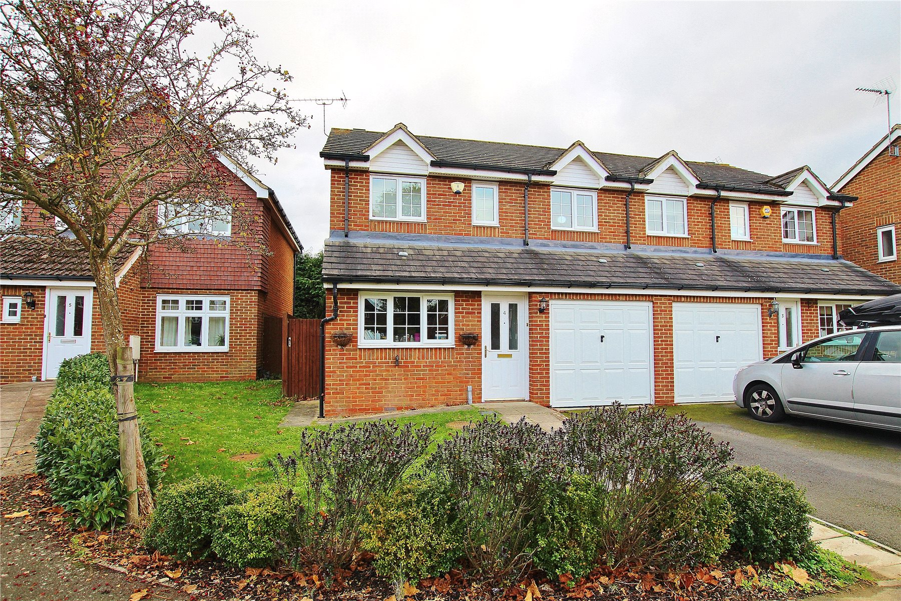 3 Bedrooms Semi Detached House for sale in Orchard Mews, Knaphill, Woking, Surrey, GU21