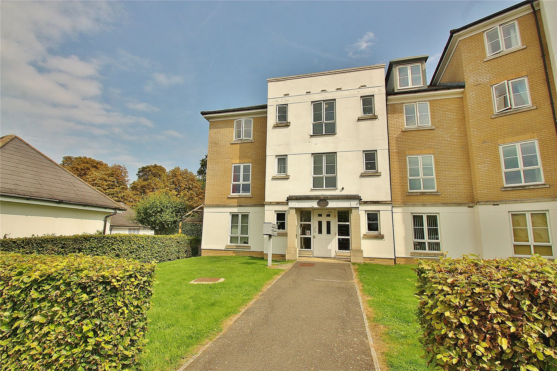 2 Bedrooms Apartment Flat for sale in Cromwell Court, Tudor Way, Knaphill, Woking, GU21