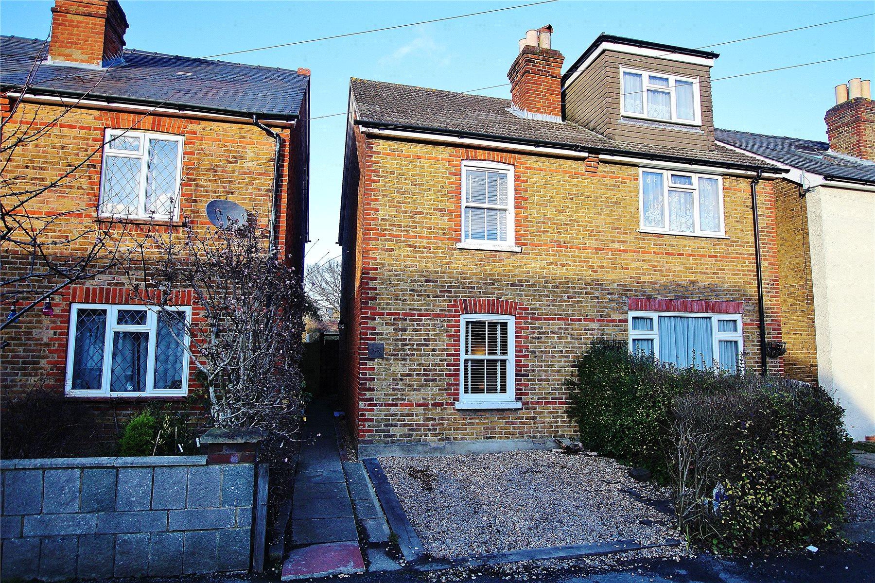 2 Bedrooms Semi Detached House for sale in Queens Road, Knaphill, Woking, Surrey, GU21