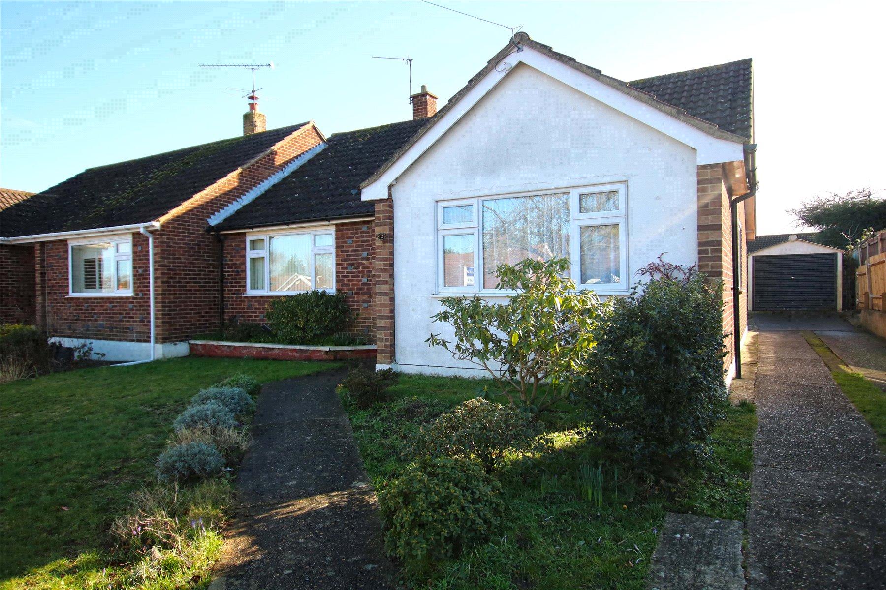 3 Bedrooms Semi Detached Bungalow for sale in Romans Way, Pyrford, Surrey, GU22