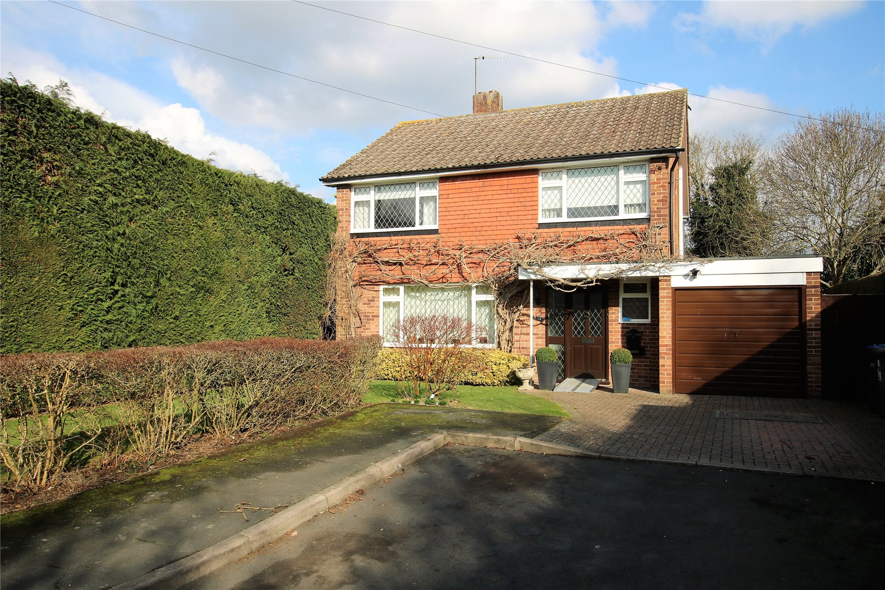 4 Bedrooms Detached House for sale in Fullmer Way, Woodham, Surrey, KT15